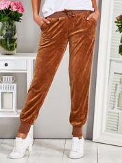Welurowe spodnie dresowe z kieszeniami brązowe