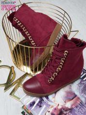 Wiśniowe zamszowe sneakersy ze złotymi szlufkami i skórzaną wstawką z przodu