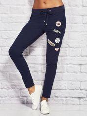 YUPS Granatowe spodnie dresowe z naszywkami