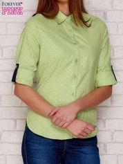 Zielona koszula w groszki z podwijanymi rękawami
