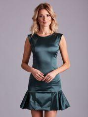 Zielona satynowa sukienka z falbaną