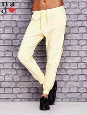 Żółte spodnie dresowe z zasuwaną kieszonką