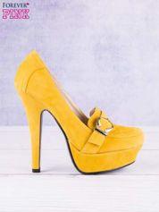 Żółte zamszowe szpilki na koturnach z ozdobną sprzączką
