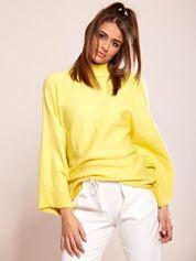 Żółty sweter oversize z golfem