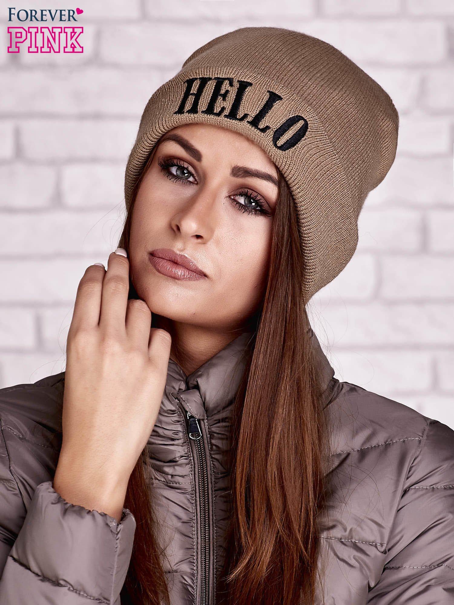 Beżowa czapka beanie z napisem HELLO                                  zdj.                                  1