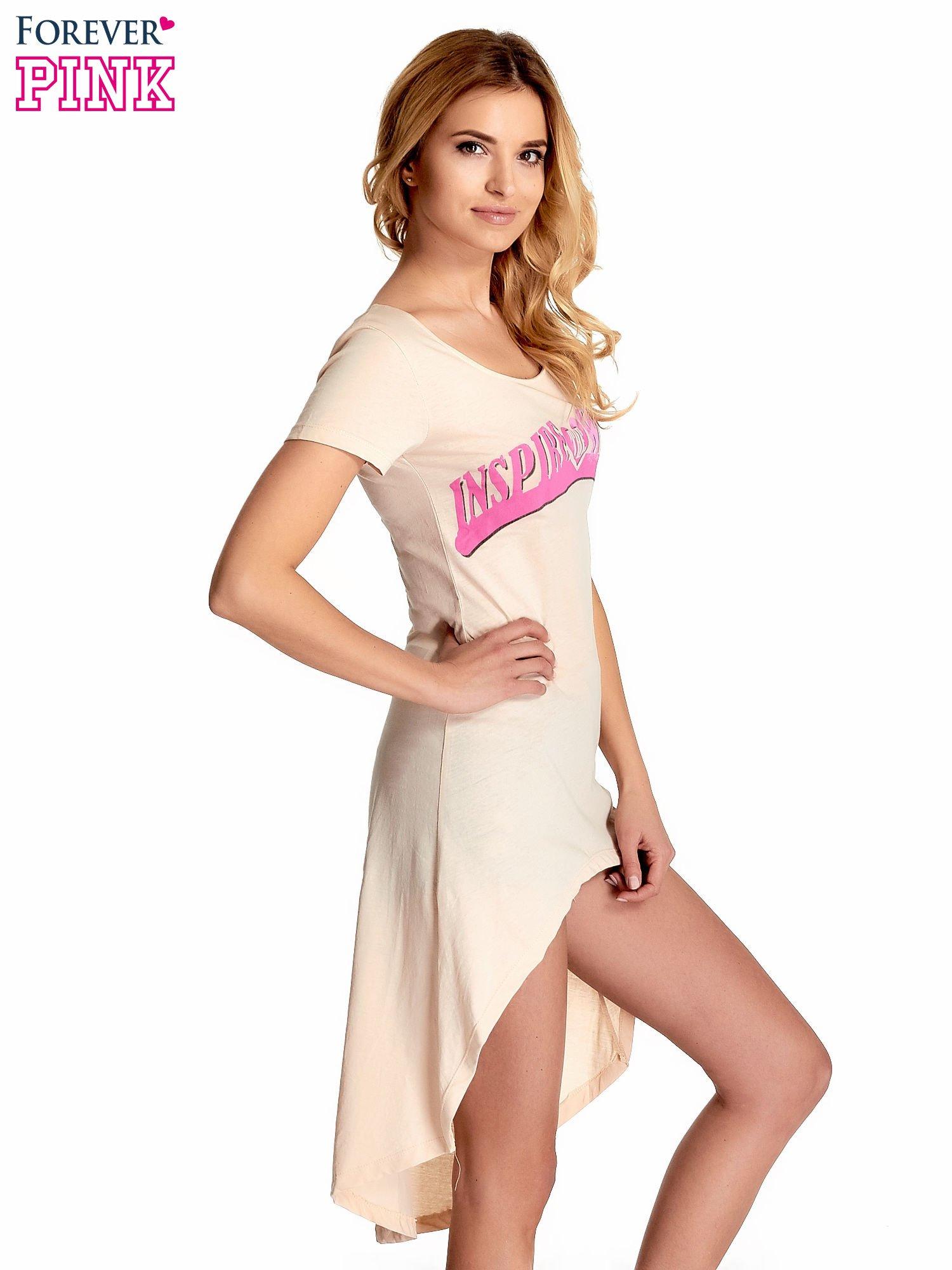 Beżowa sukienka z dłuższym tyłem i napisem INSPIRE THE WORLD                                  zdj.                                  3