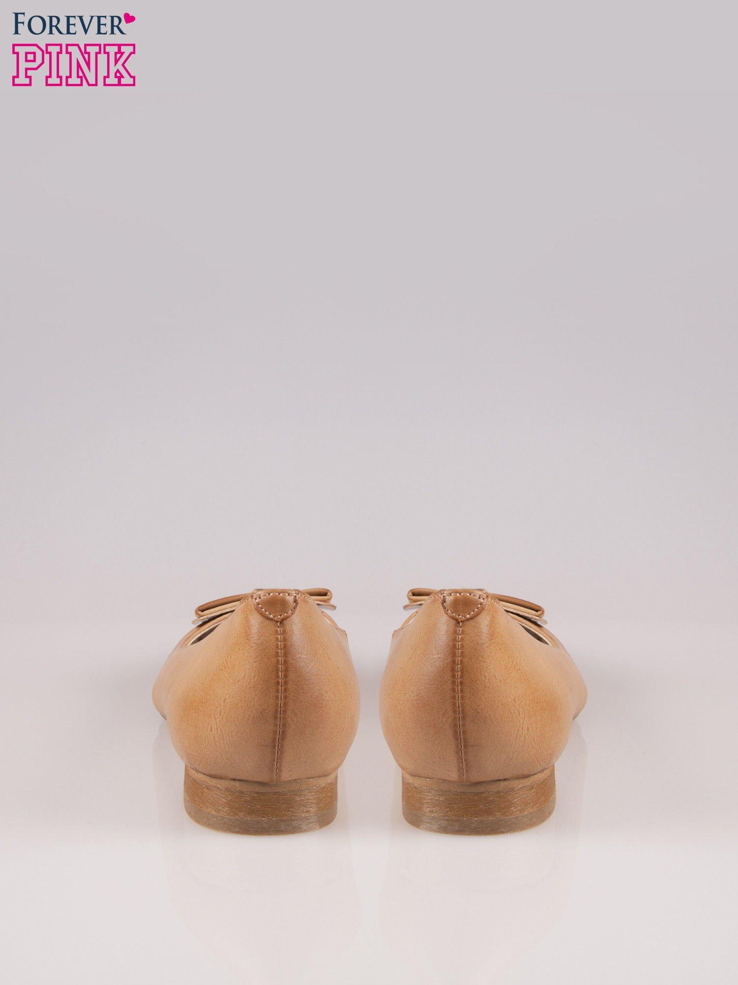 Beżowe baleriny faux leather Sophie ze złotą kokardą                                  zdj.                                  3
