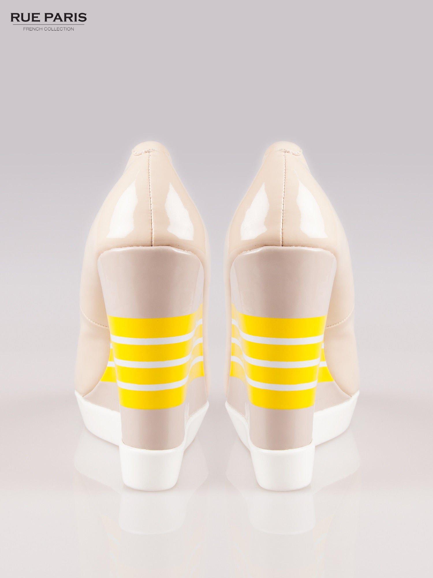 Beżowe lakierowane buty dual material peep toe na wzorzystym koturnie                                  zdj.                                  3