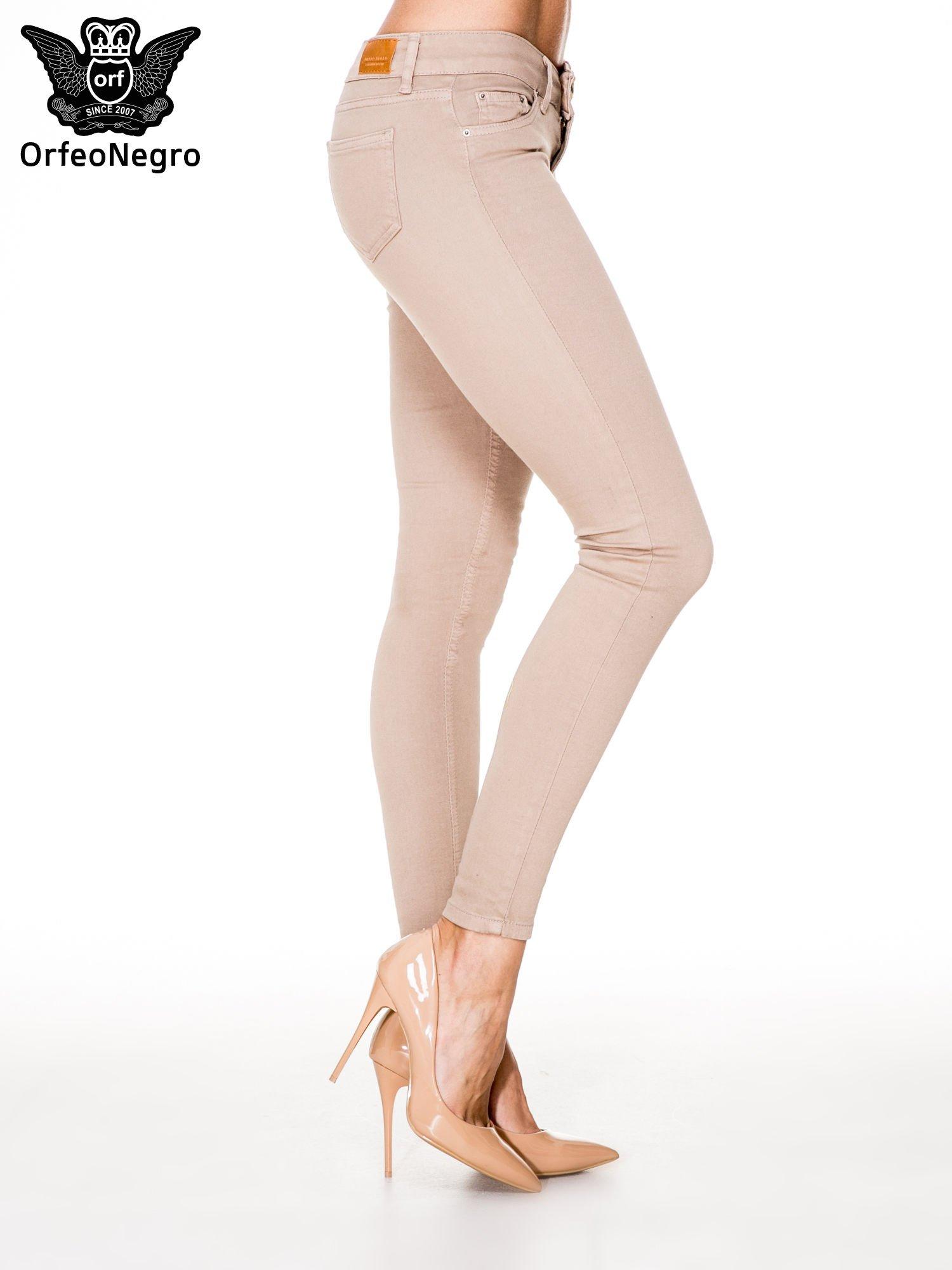 Beżowe spodnie typu skinny z elastycznego materiału                                  zdj.                                  3