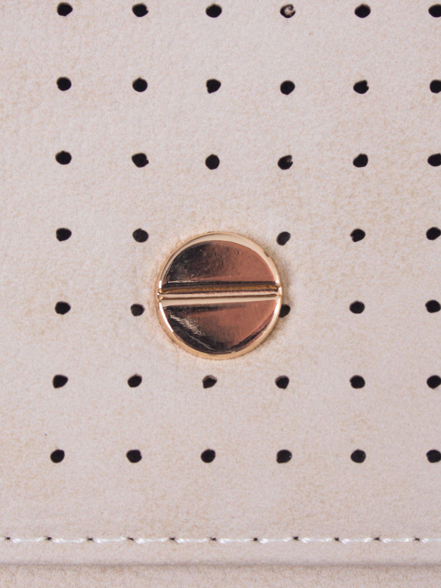Beżowy ażurowany portfel ze złotym zapięciem                                  zdj.                                  5