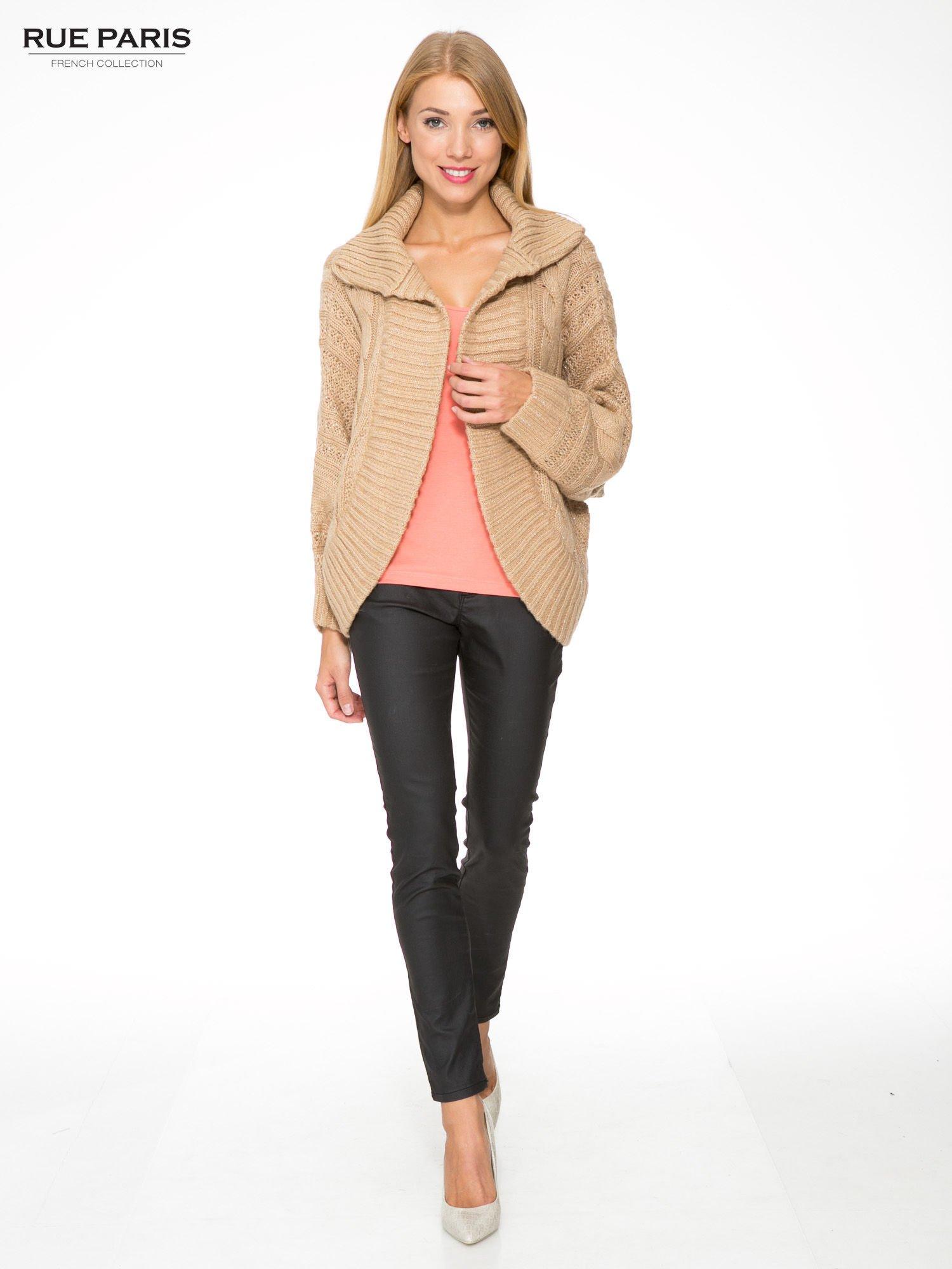 Beżowy dziergany sweter typu kardigan przeplatany błyszczącą nicią                                  zdj.                                  2