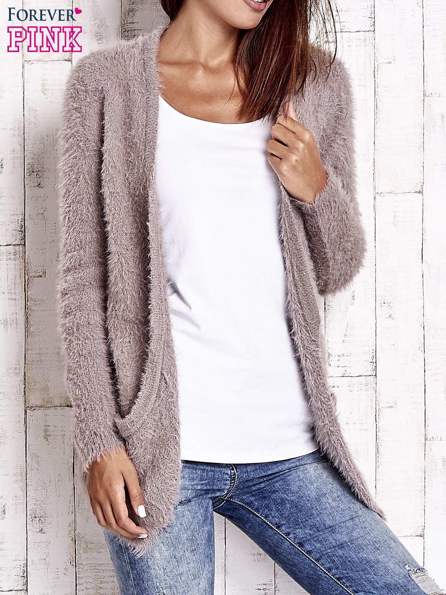Beżowy puszysty sweter z bocznymi kieszeniami                                  zdj.                                  4