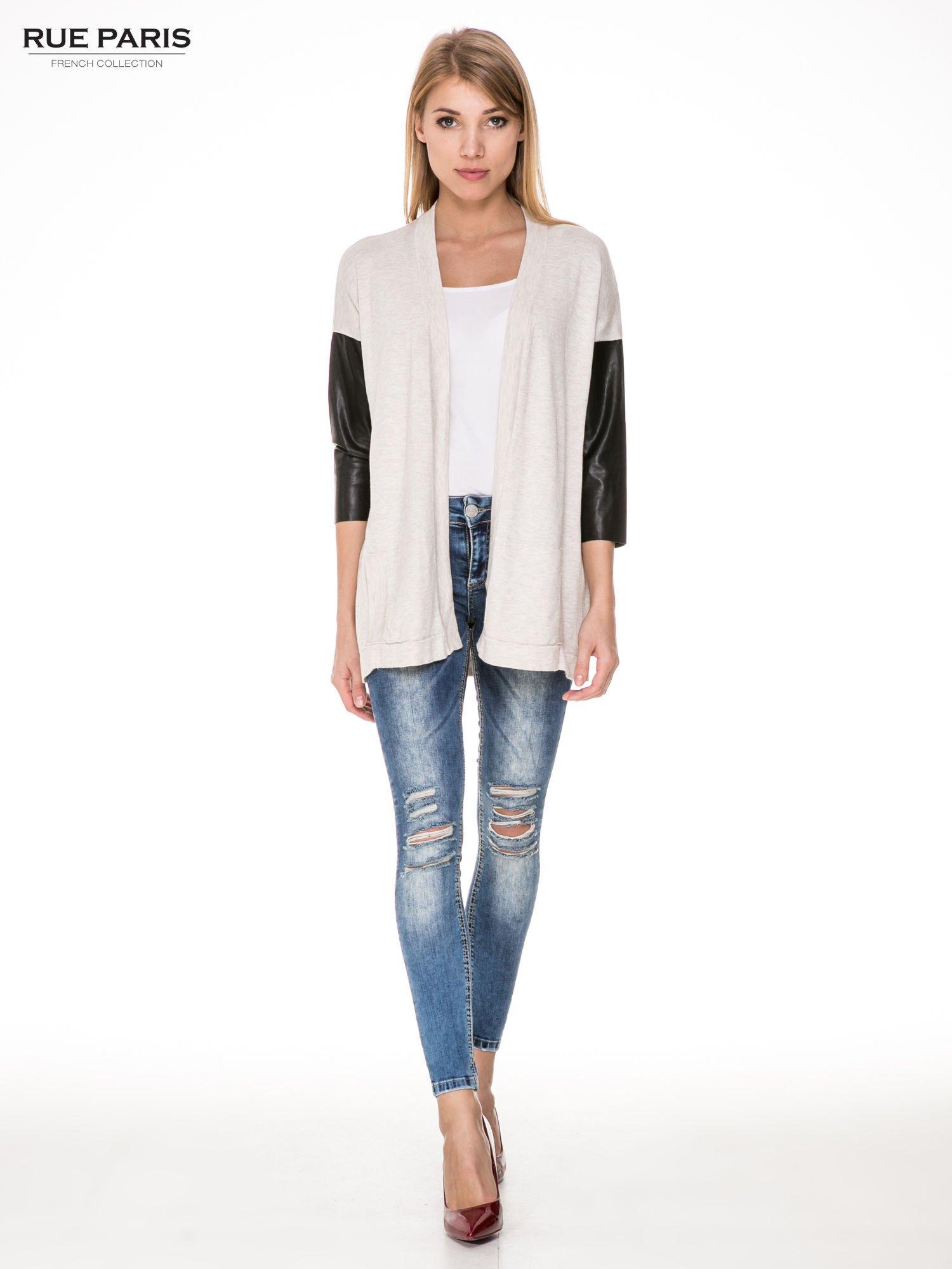 Beżowy sweter kardigan ze skórzanym rękawami 3/4                                  zdj.                                  2