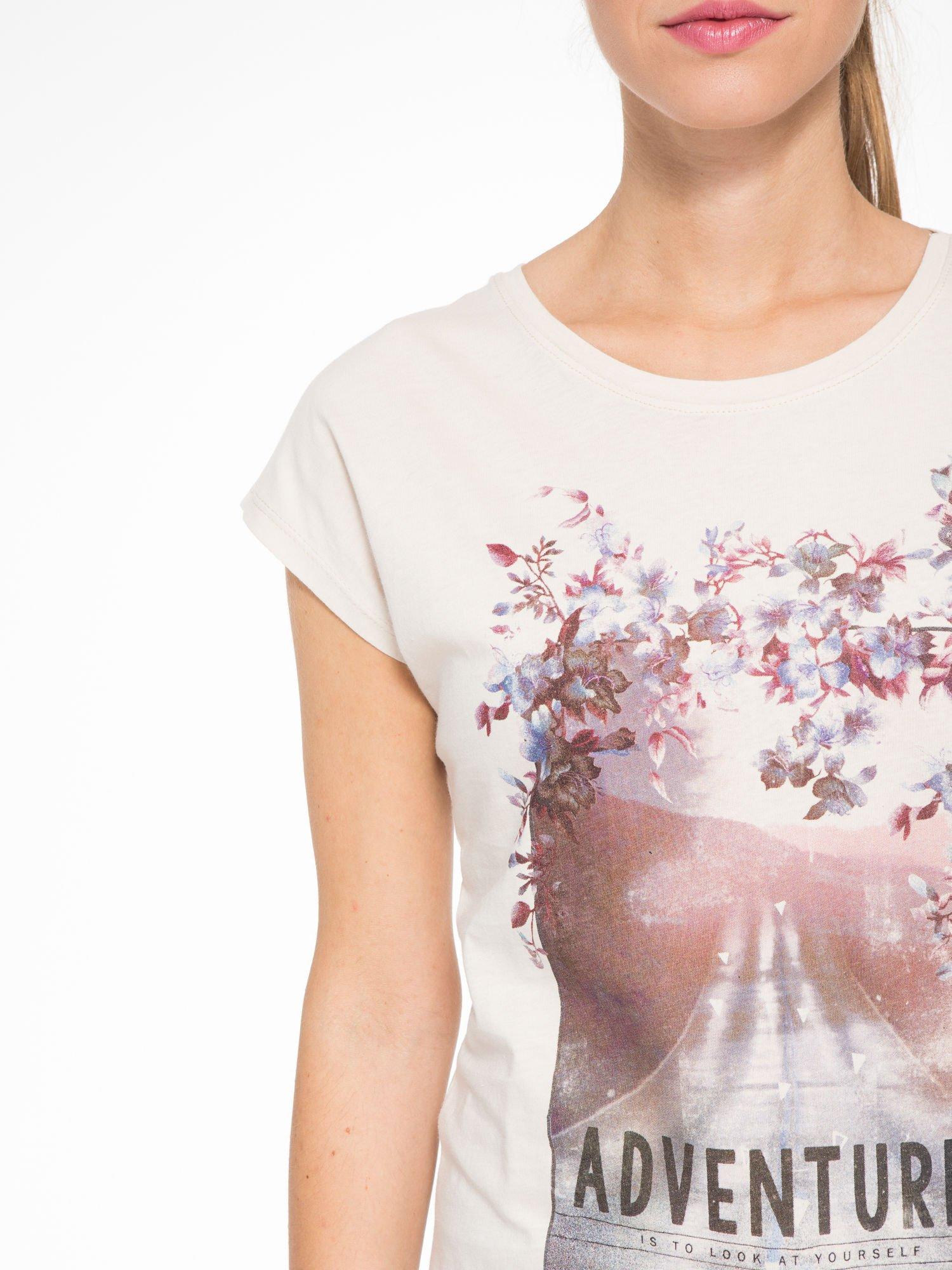 Beżowy t-shirt z fotografią drogi i napisem ADVENTURE                                  zdj.                                  6