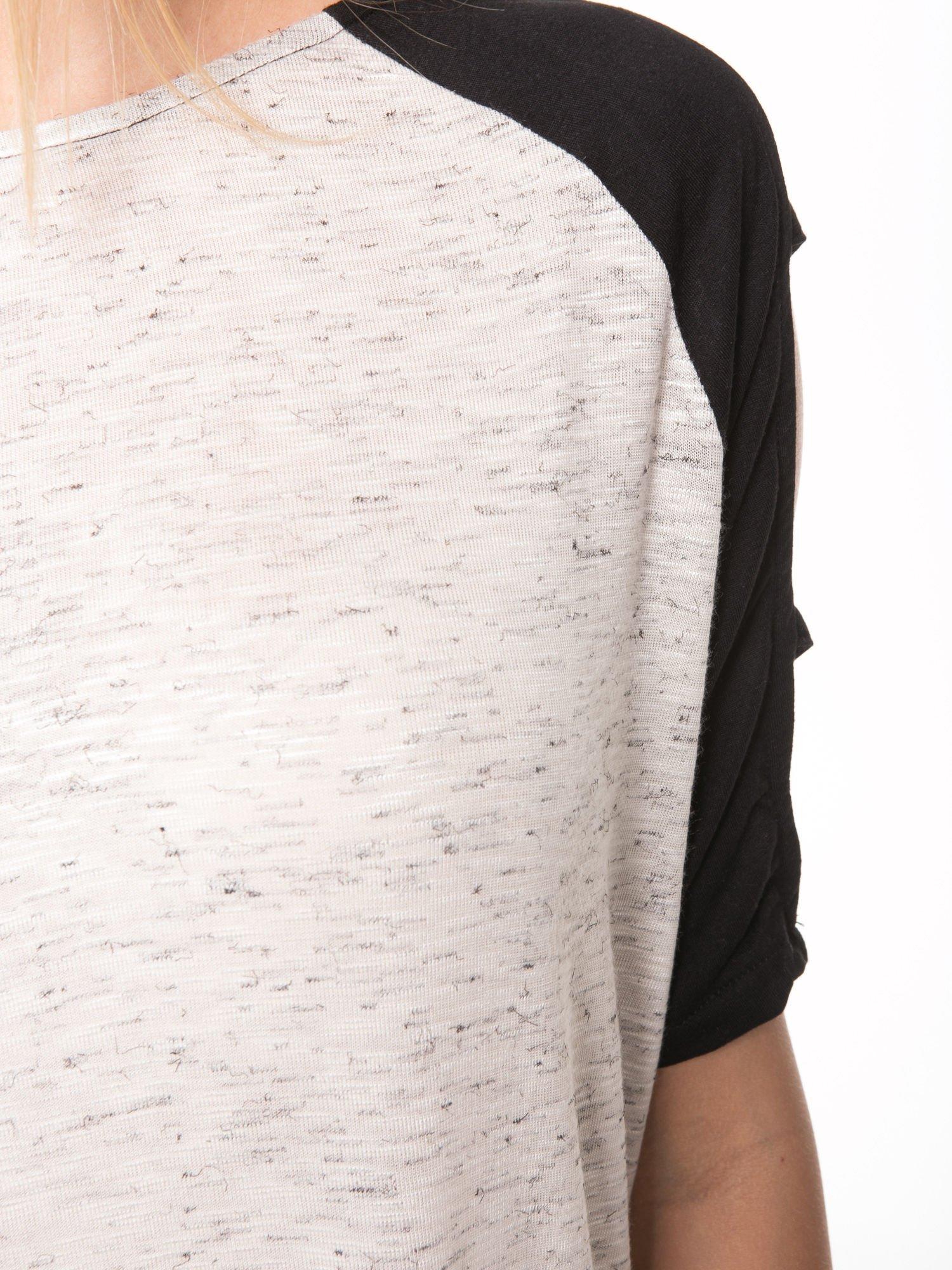 Beżowy t-shirt z kontrastowymi rękawami cut out                                  zdj.                                  7