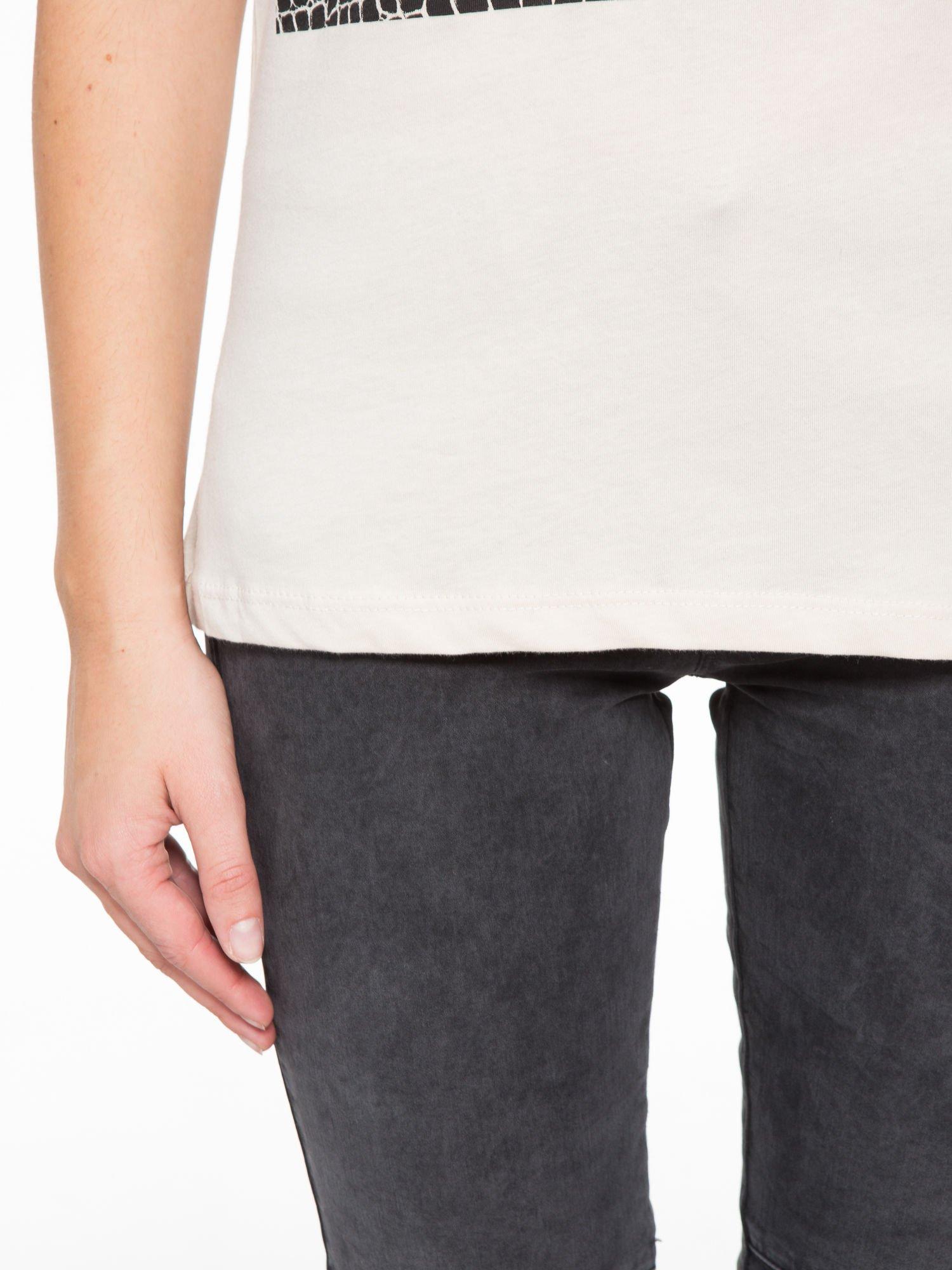 Beżowy t-shirt z motywem zwierzęcym                                  zdj.                                  7