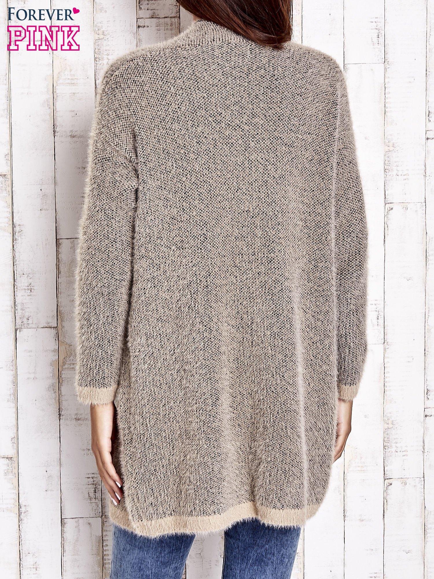 Beżowy włochaty sweter z otwartym dekoltem                                  zdj.                                  5