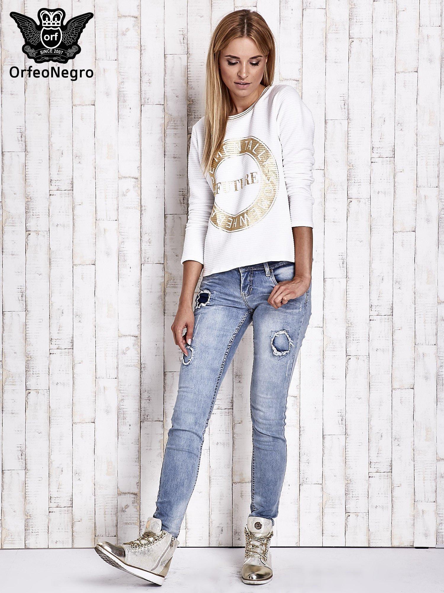 Biała bluza w stylu glamour ze złotym nadrukiem i lamówką                                  zdj.                                  2