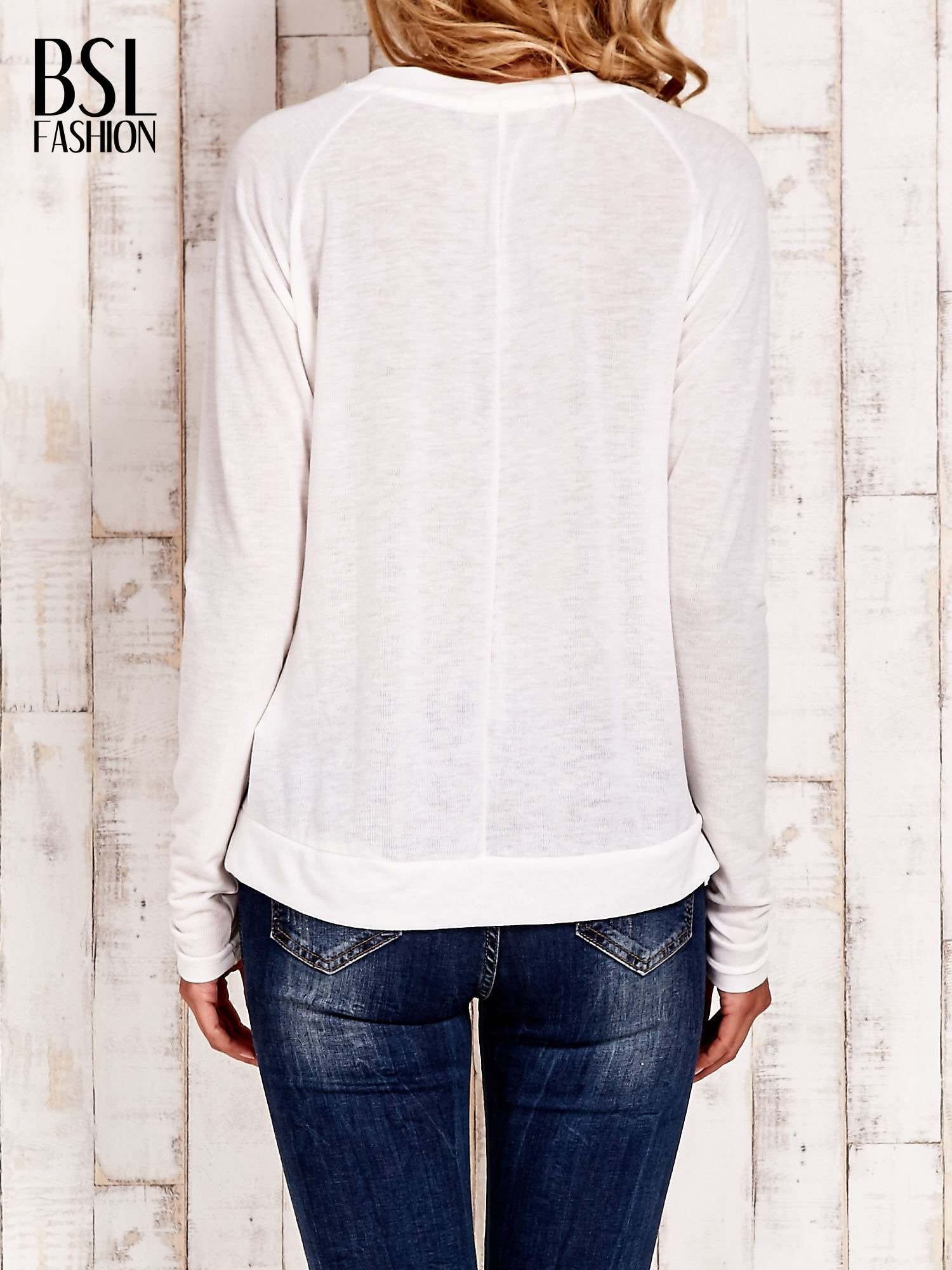 Biała bluzka basic z dekoltem w serek                                  zdj.                                  4