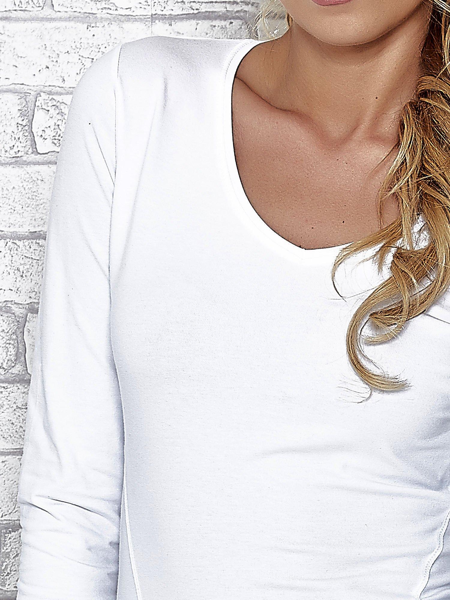 Biała bluzka sportowa z dekoltem V                                  zdj.                                  5