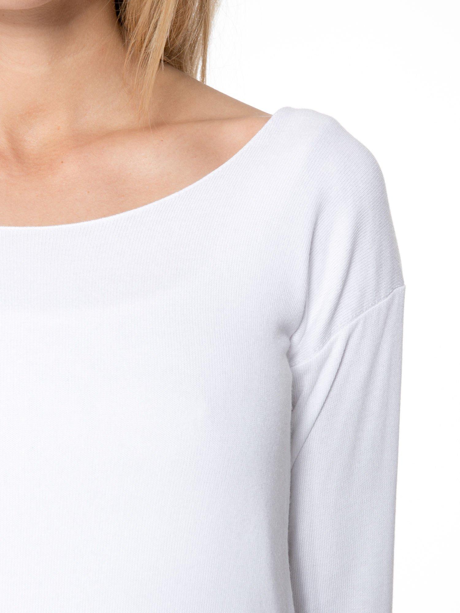 Biała bluzka z kopertowym dekoltem na plecach                                  zdj.                                  5