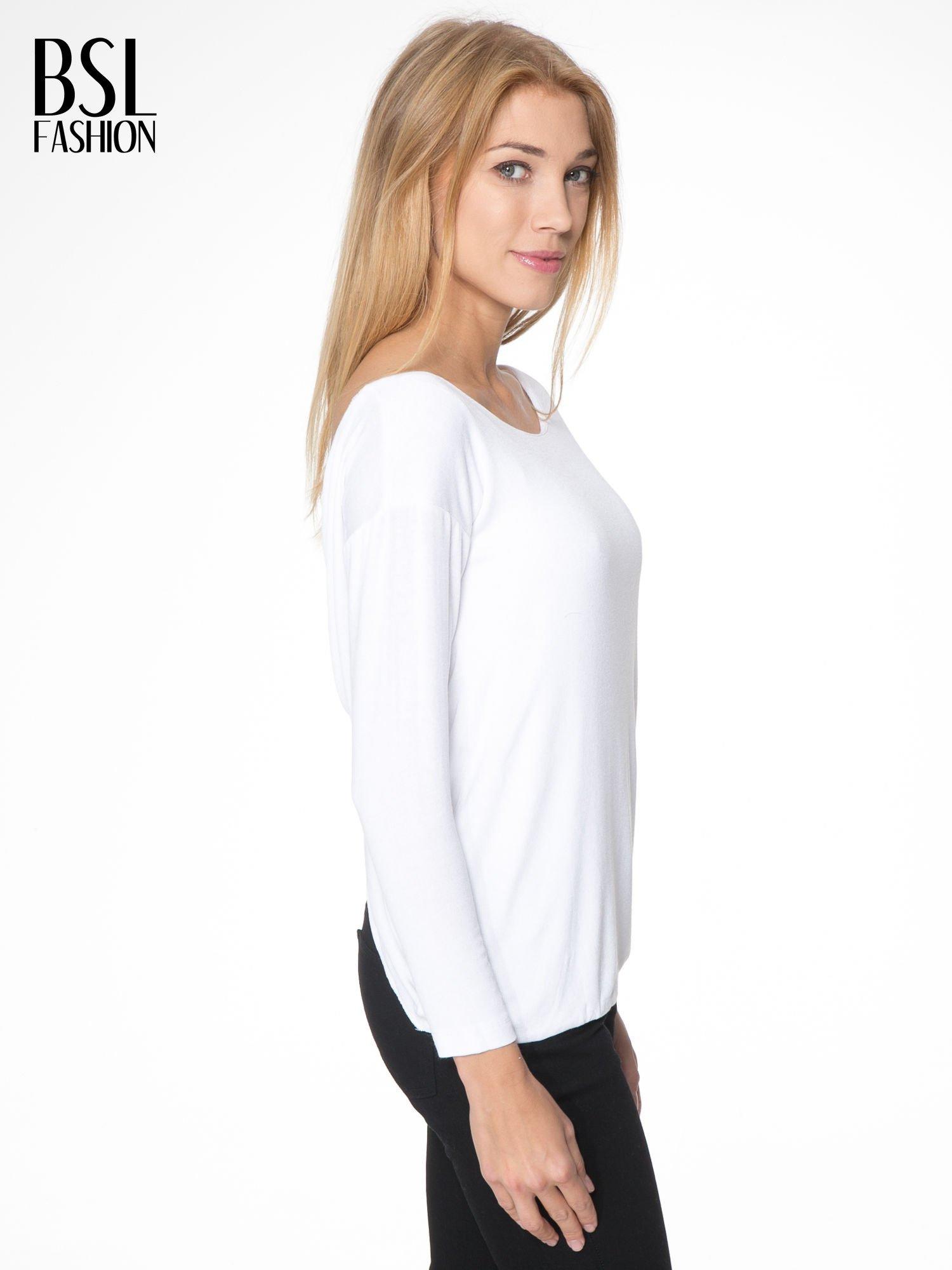 Biała bluzka z kopertowym dekoltem na plecach                                  zdj.                                  3