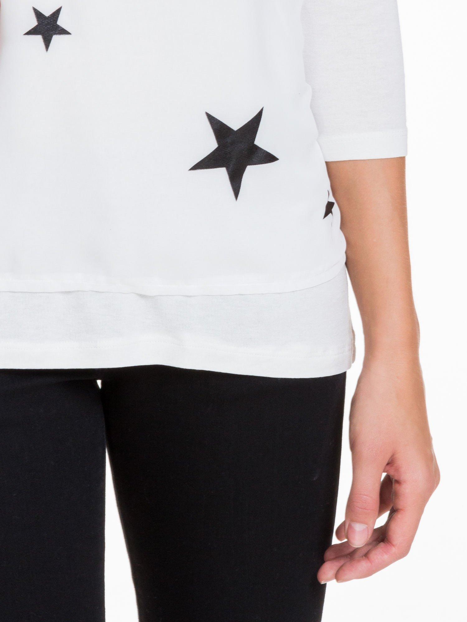 Biała bluzka z nadrukiem czarnych gwiazdek                                  zdj.                                  6