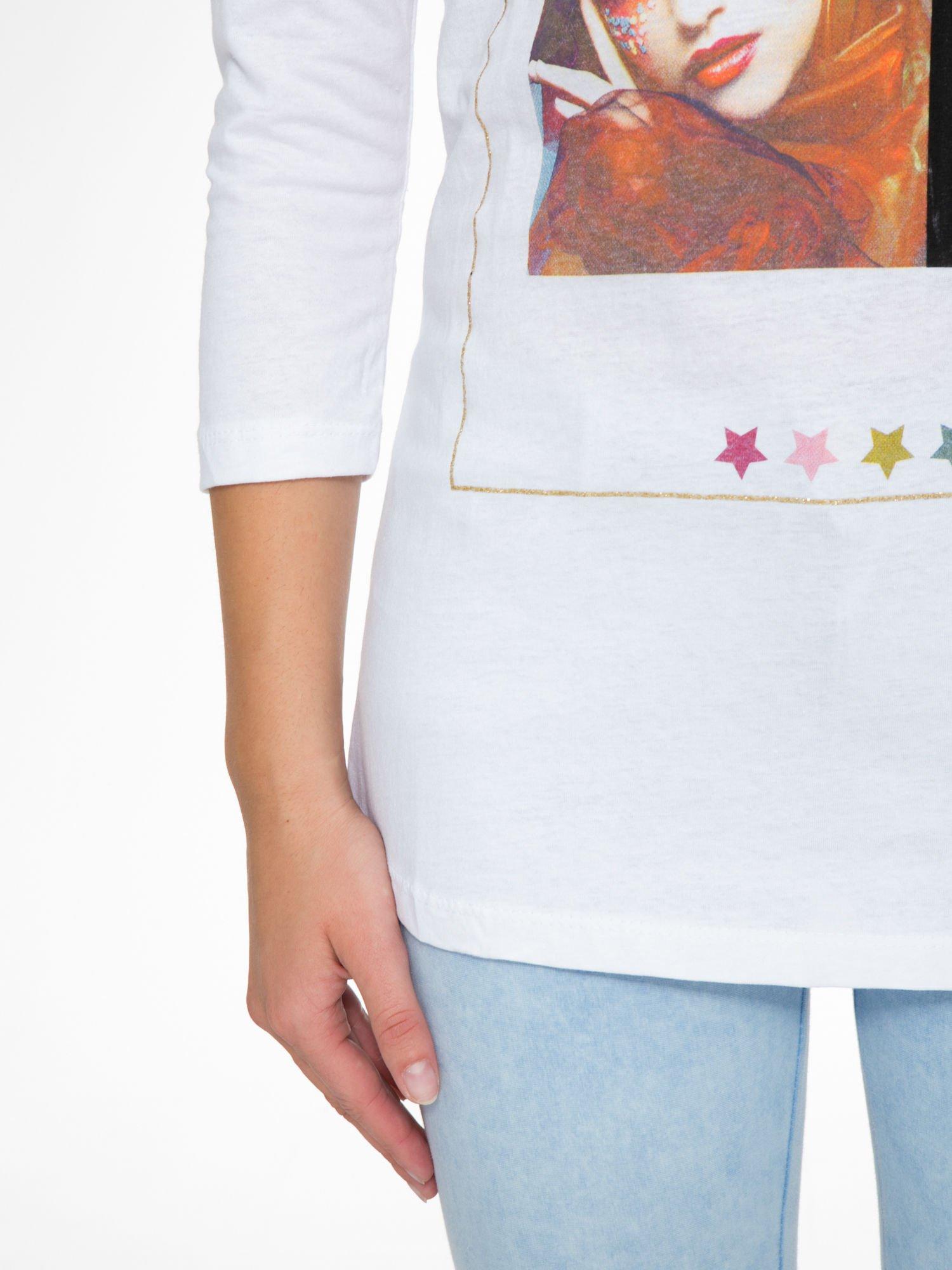 Biała bluzka z nadrukiem fashion i napisem MORE COLOUR                                  zdj.                                  7