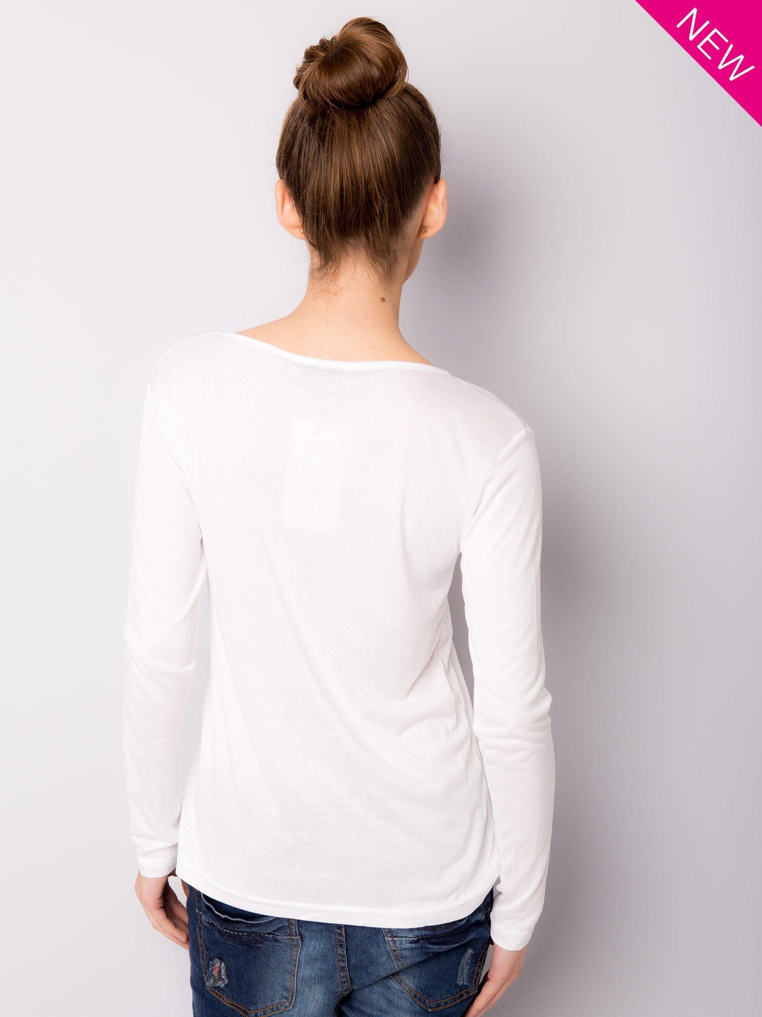 Biała bluzka z nadrukiem modelki                                  zdj.                                  4