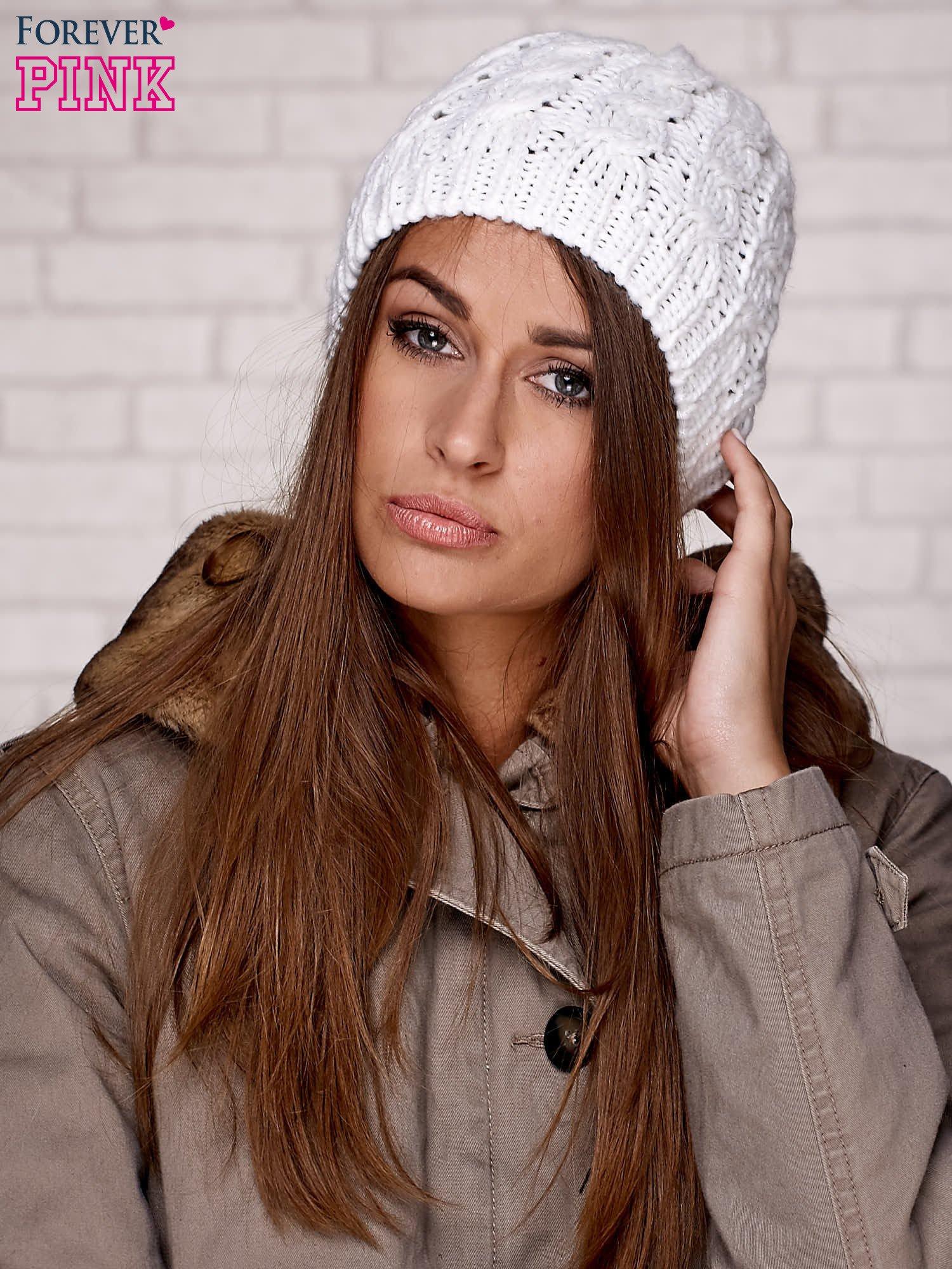 Biała czapka z metaliczną nicią                                  zdj.                                  1
