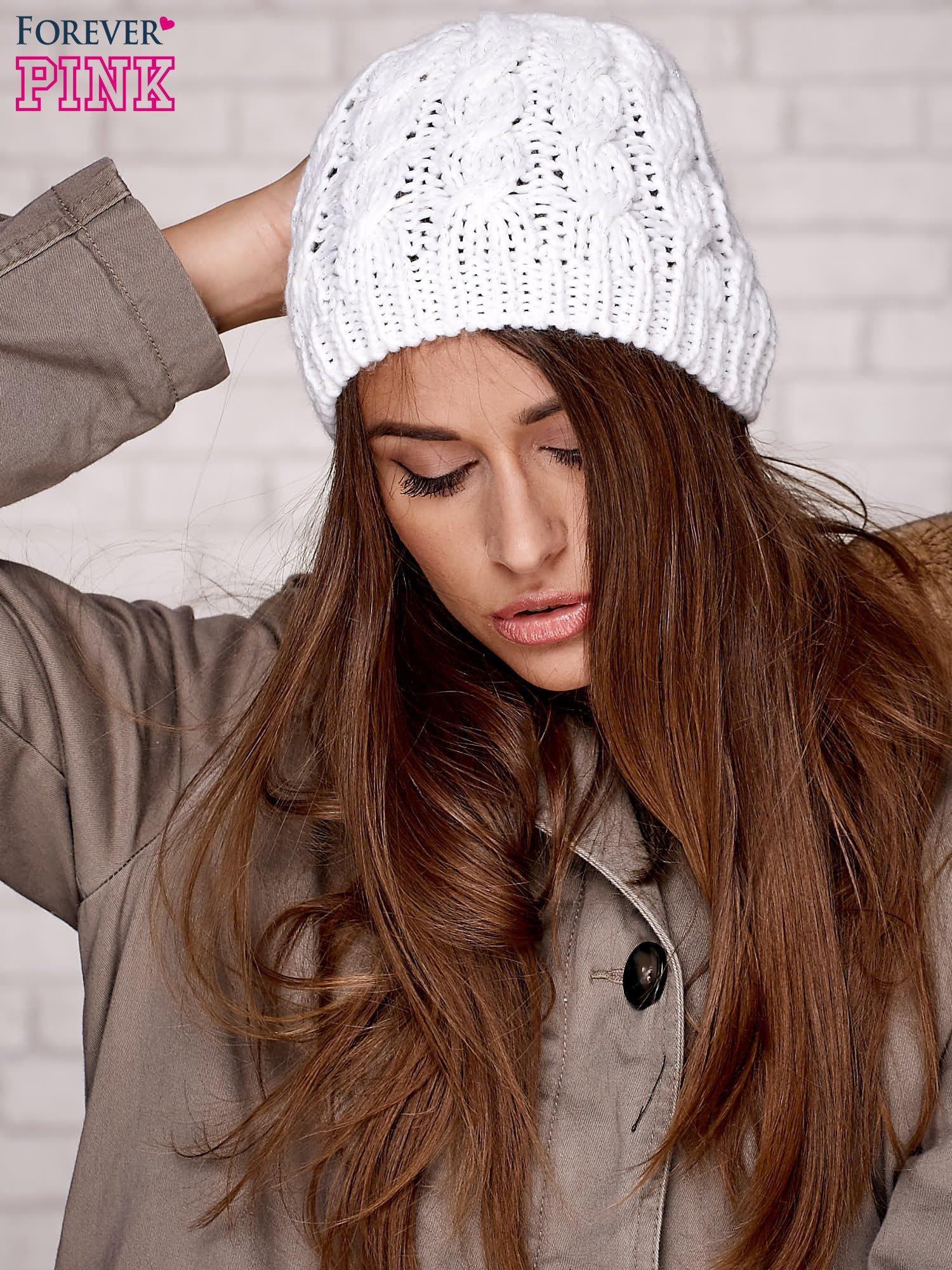 Biała czapka z metaliczną nicią                                  zdj.                                  3