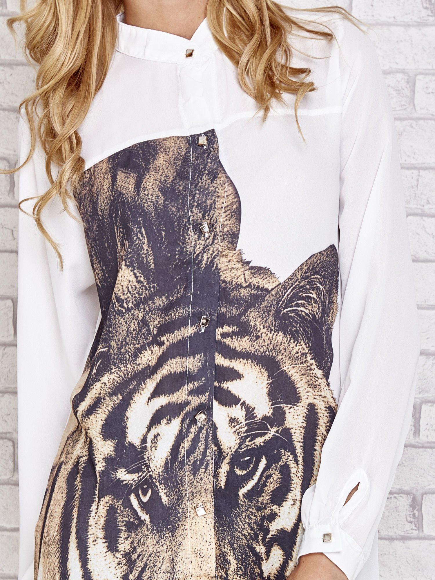 Biała długa koszula z nadrukiem tygrysa                                  zdj.                                  5