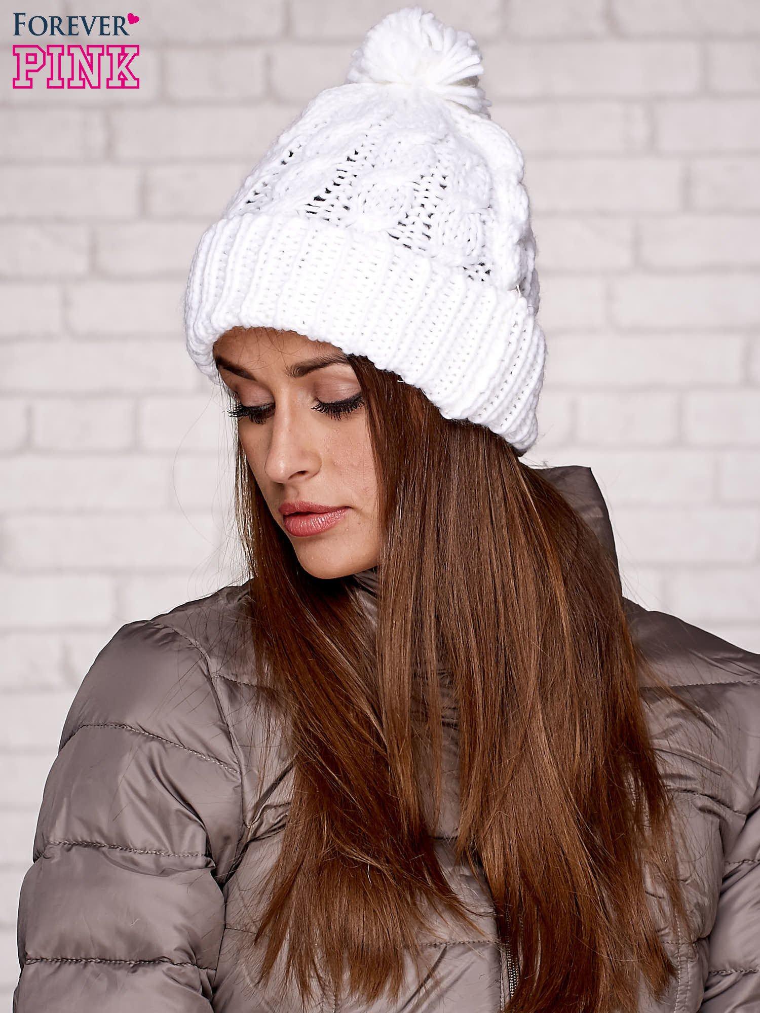 Biała dziergana czapka z pomponem                                  zdj.                                  1