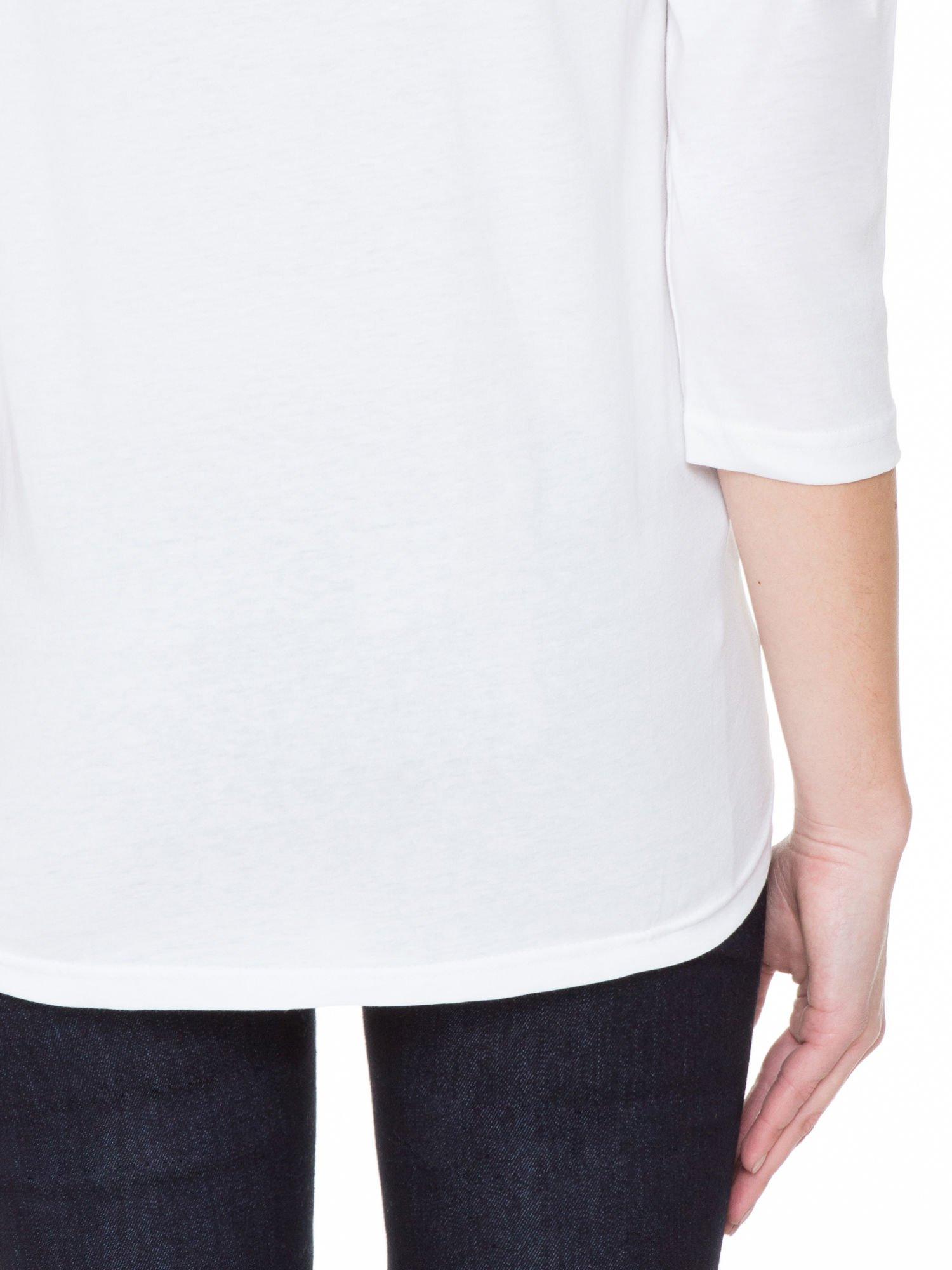 Biała gładka bluzka z ozdobnymi przeszyciami                                  zdj.                                  8