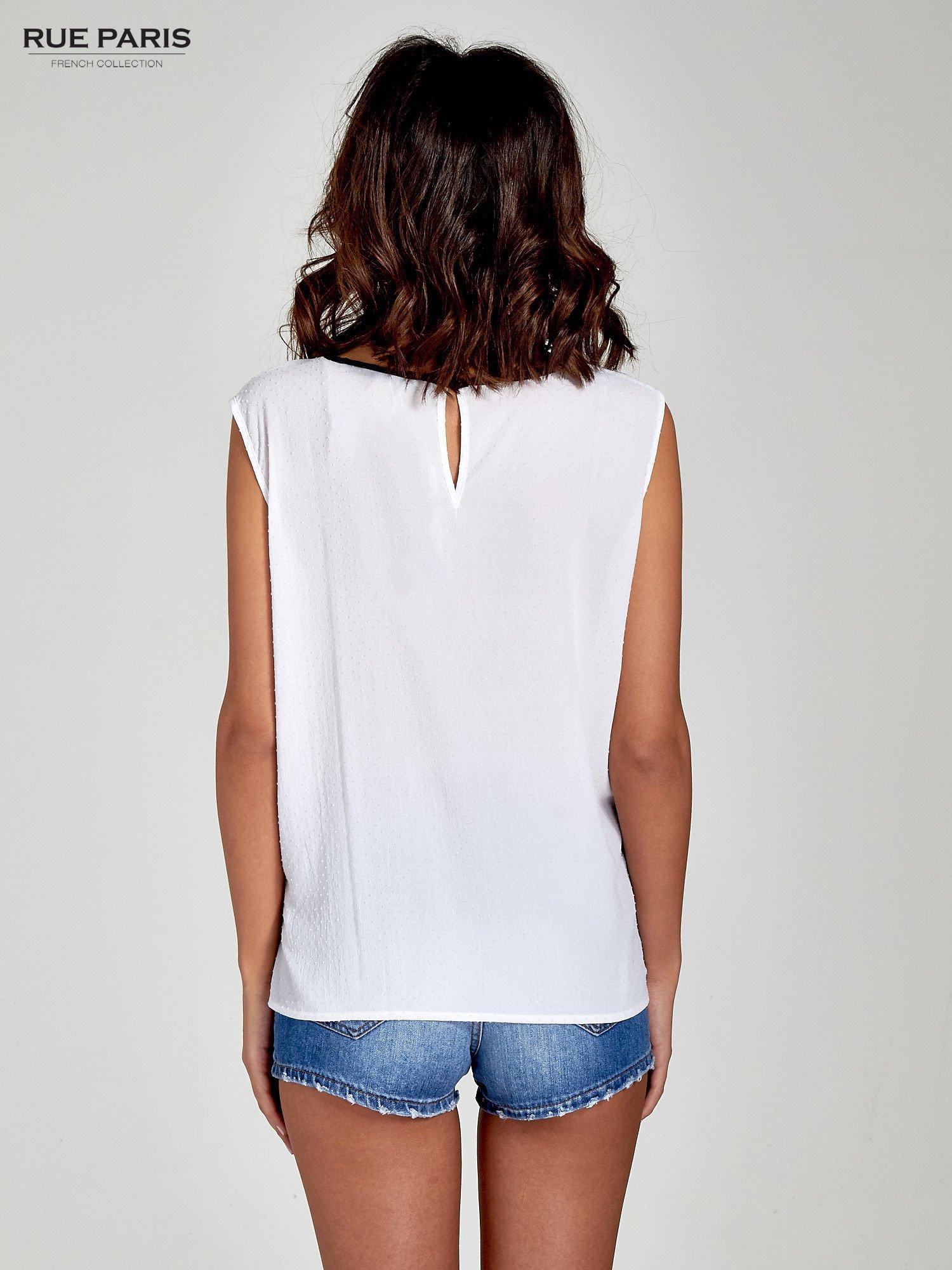 Biała koszula w kropki z kontrastową lamówką                                  zdj.                                  4