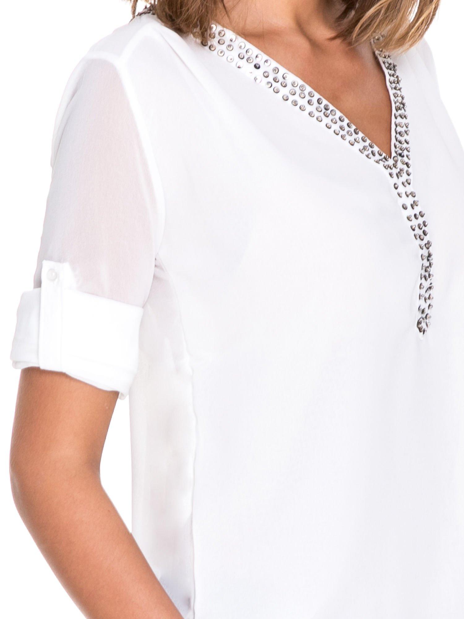 Biała koszula z transparentnymi rękawami i dżetami przy dekolcie                                  zdj.                                  6