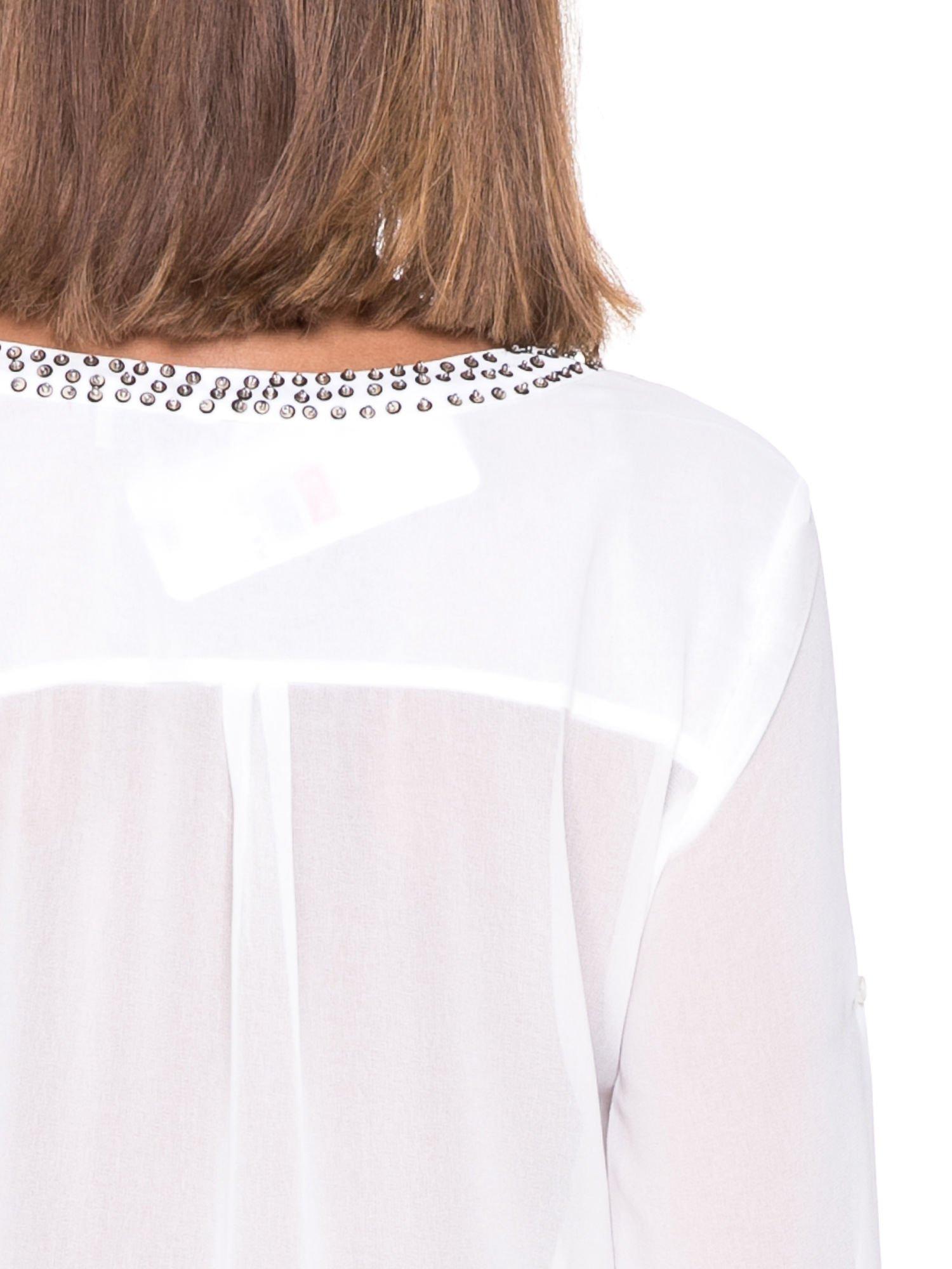 Biała koszula z transparentnymi rękawami i dżetami przy dekolcie                                  zdj.                                  8