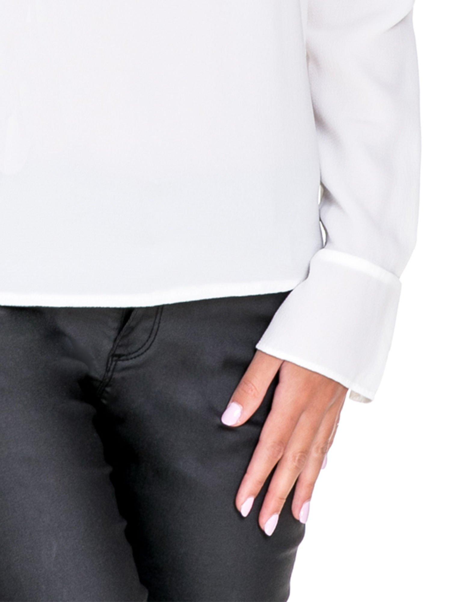 Biała koszula z wycięciem na plecach                                  zdj.                                  6