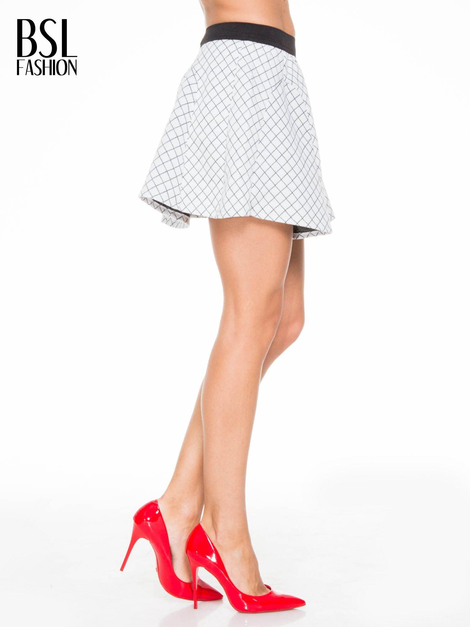 Biała rozkloszowana mini spódniczka w kratkę                                  zdj.                                  3