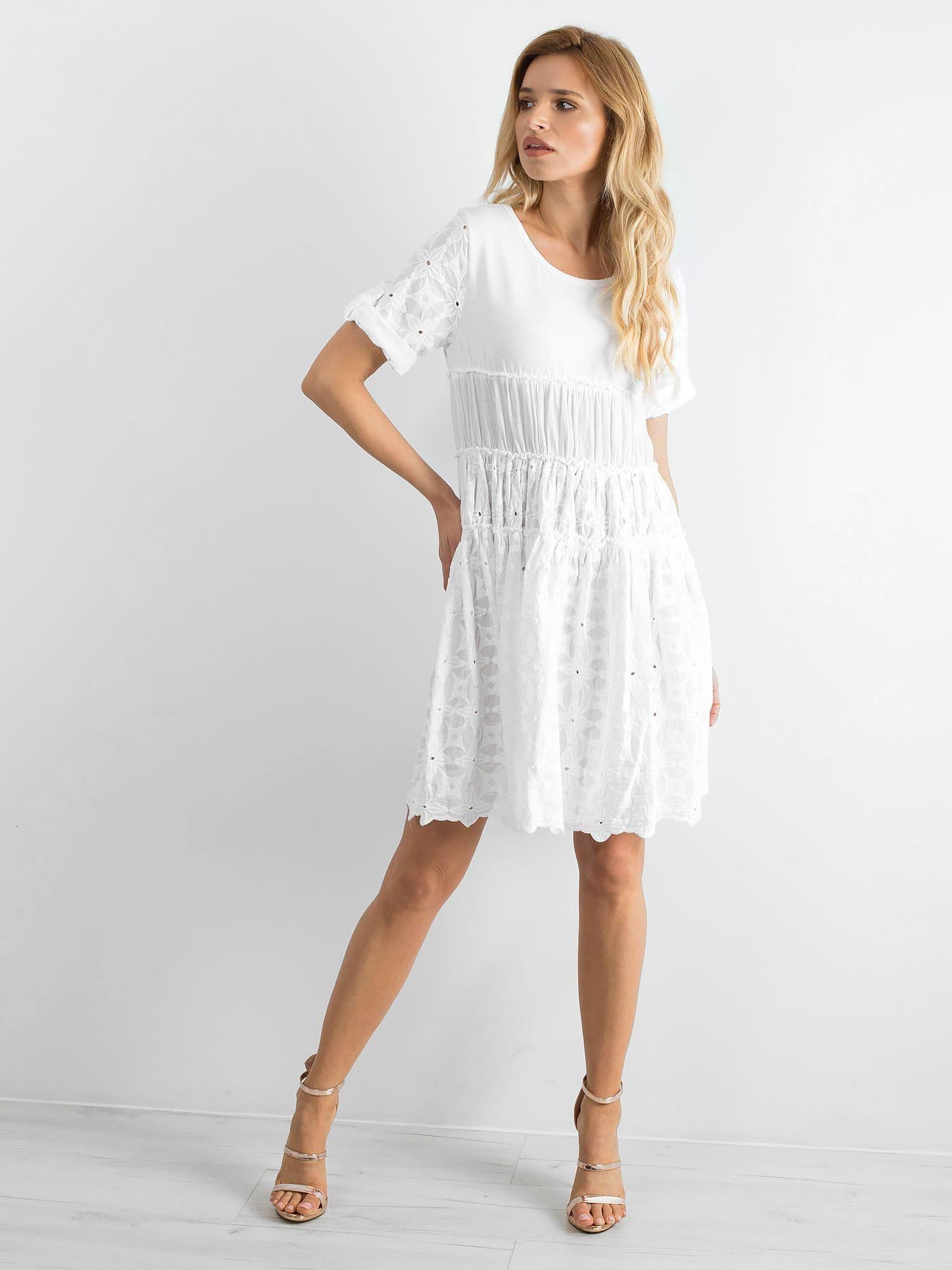 ef5dd433b7 Biała rozkloszowana sukienka z haftem - Sukienka rozkloszowana - sklep  eButik.pl