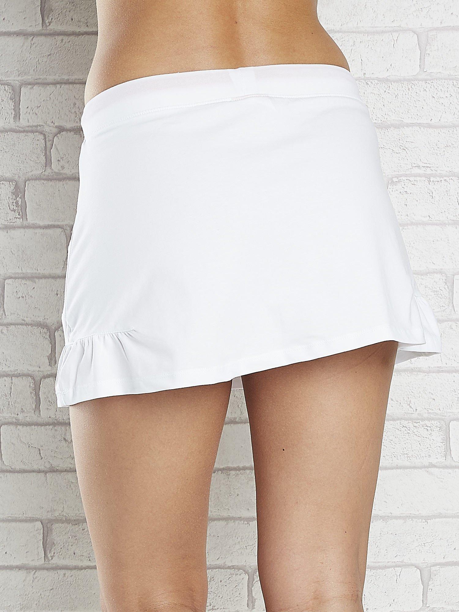 Biała spódnica dresowa z falbanką i fuksjowym troczkiem                                  zdj.                                  5