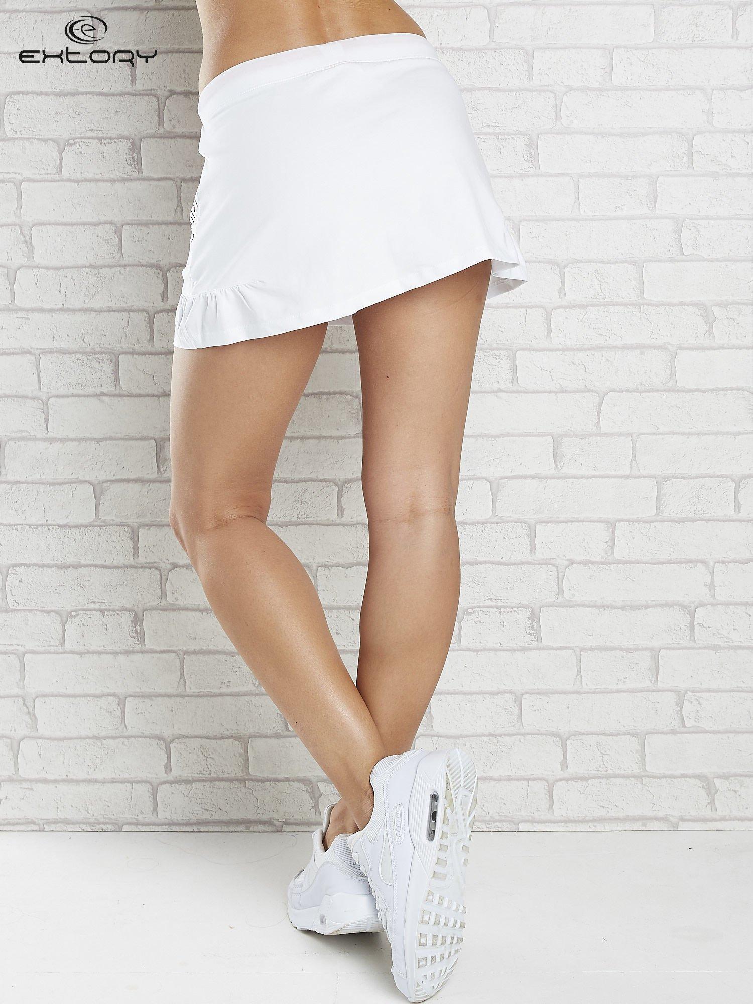 Biała spódnica dresowa z falbanką i fuksjowym troczkiem                                  zdj.                                  2