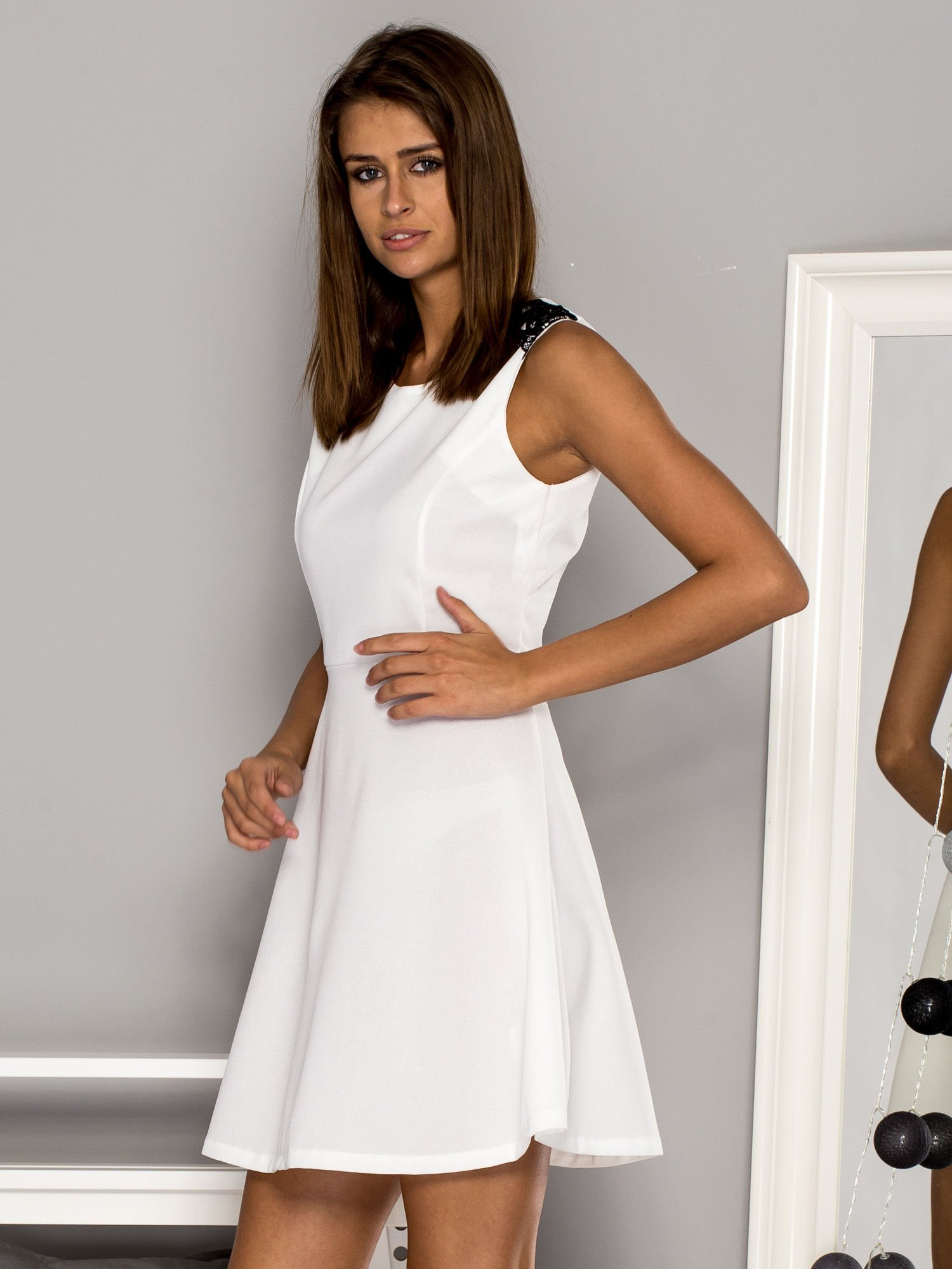 aa8fb6d32c Biała sukienka koktajlowa z koronkowymi wstawkami - Sukienka ...