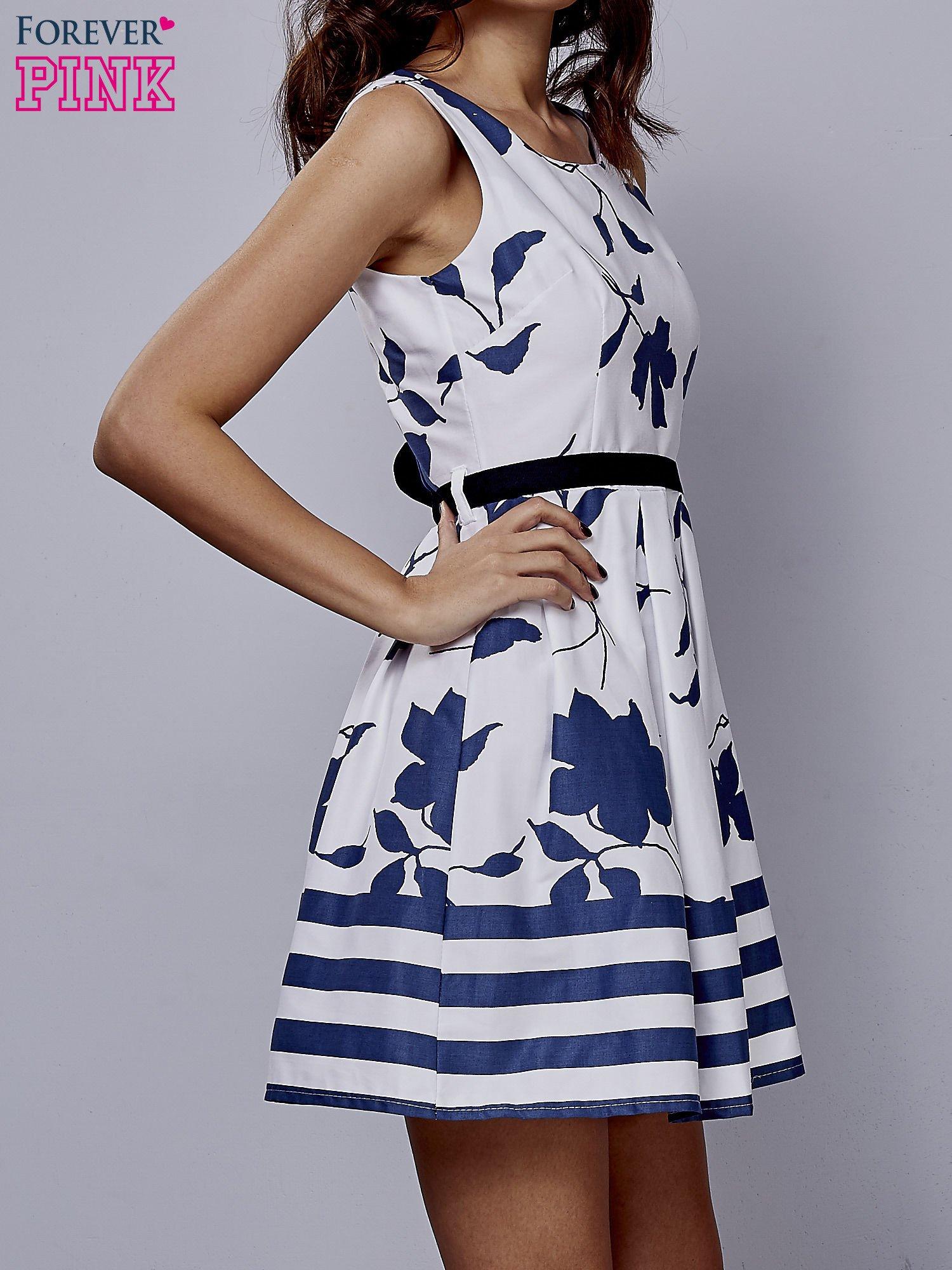 Biała sukienka w kwiaty wiązana na kokardę z tyłu                                  zdj.                                  3