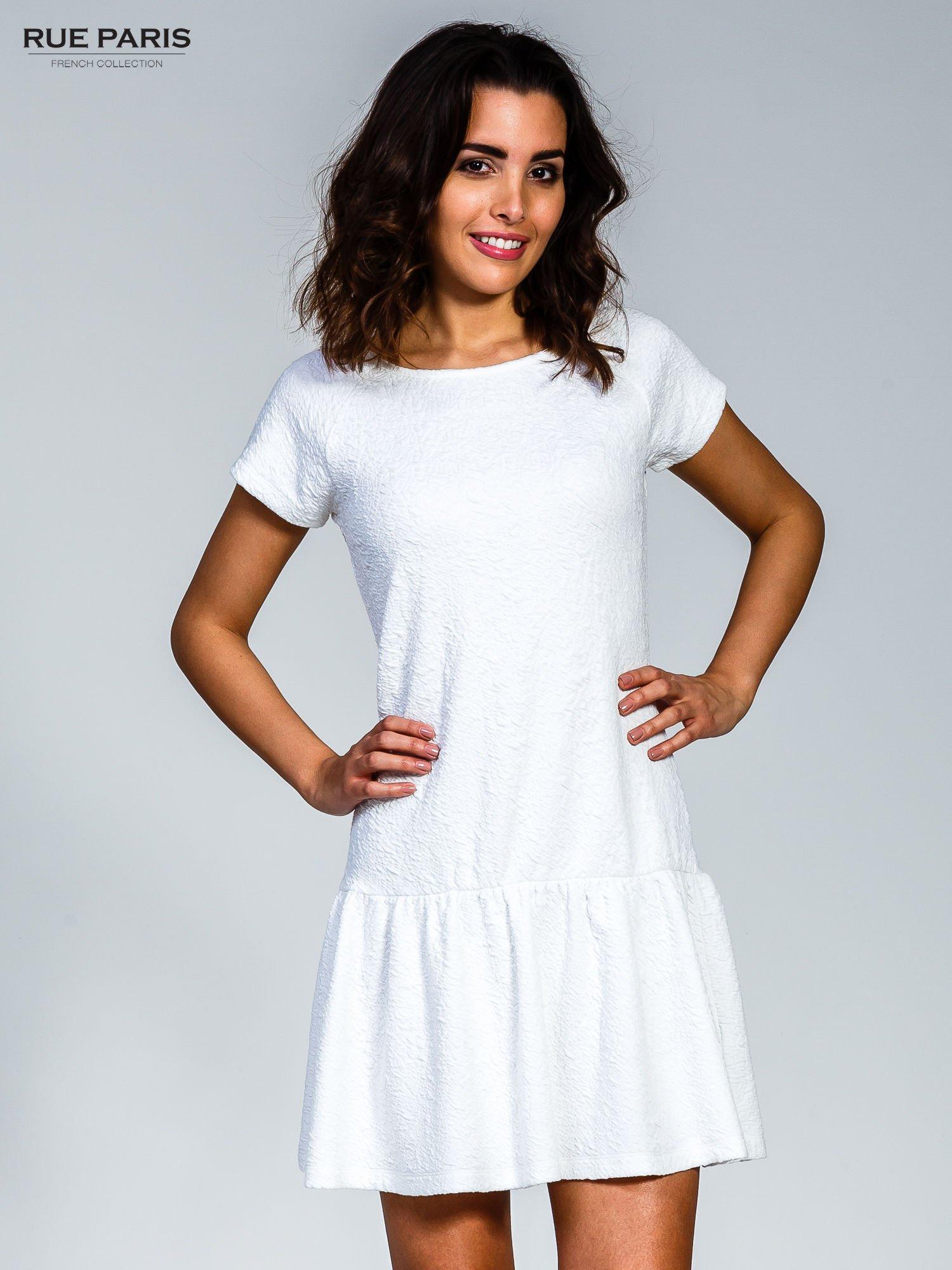 Biała sukienka z obniżoną talią i falbaną na dole                                  zdj.                                  1