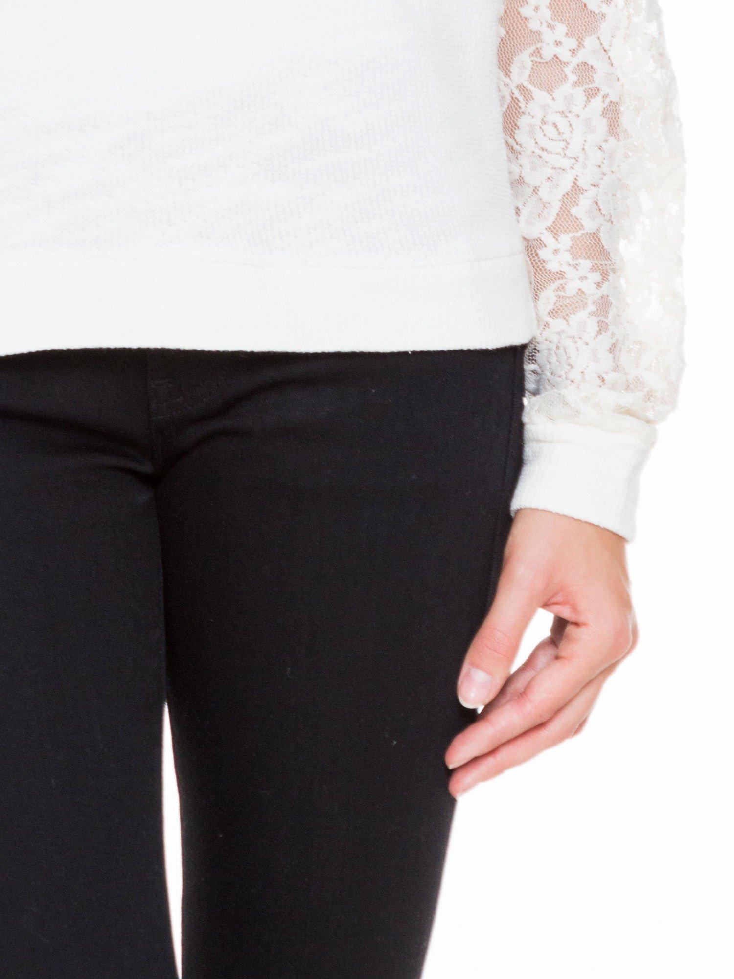 Biała swetrowa bluza z koronkowymi rękawami i rozcięciem na plecach                                  zdj.                                  7