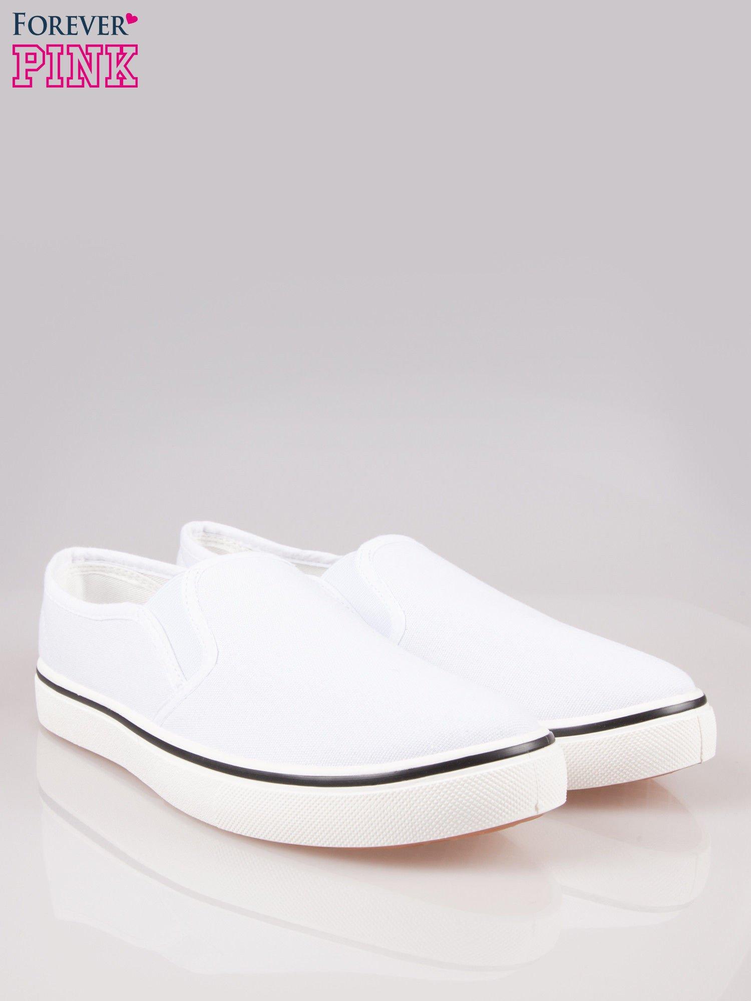 Białe buty slip on na białej podeszwie                                  zdj.                                  2