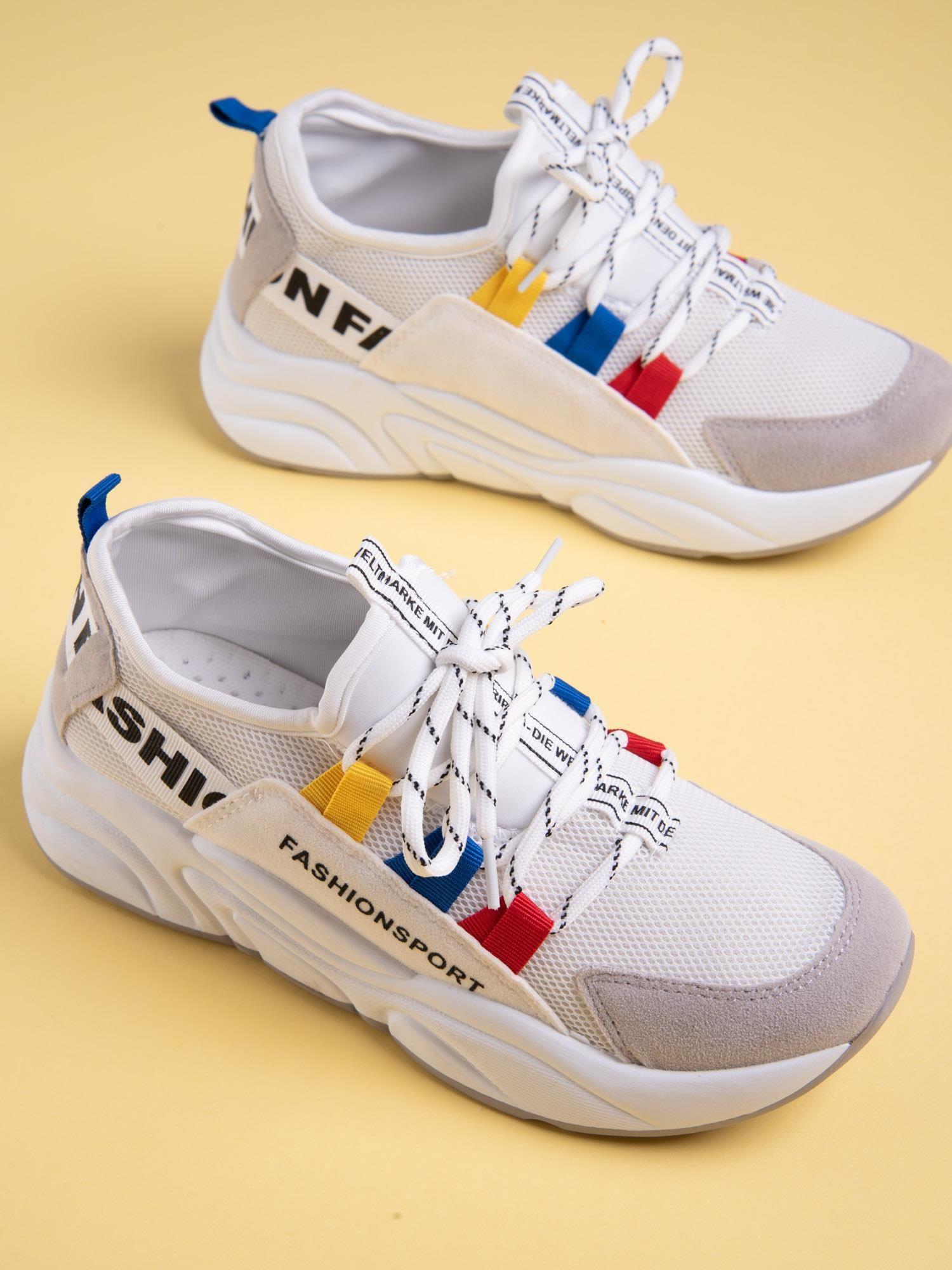 Białe buty sportowe na wysokiej podeszwie z kolorowymi szlufkami