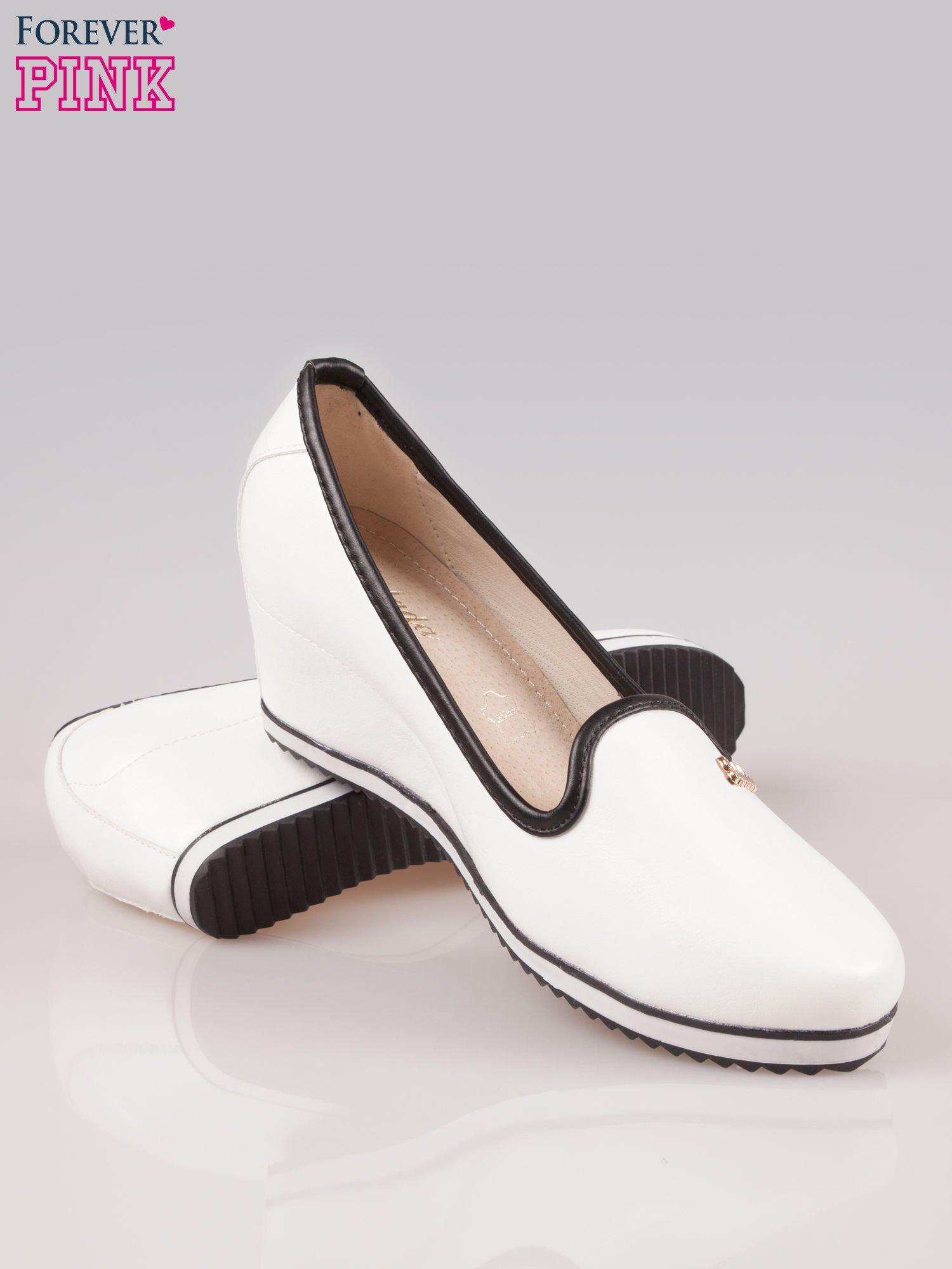 Białe casualowe koturny faux leather Whimsy z czarną lamówką                                  zdj.                                  4