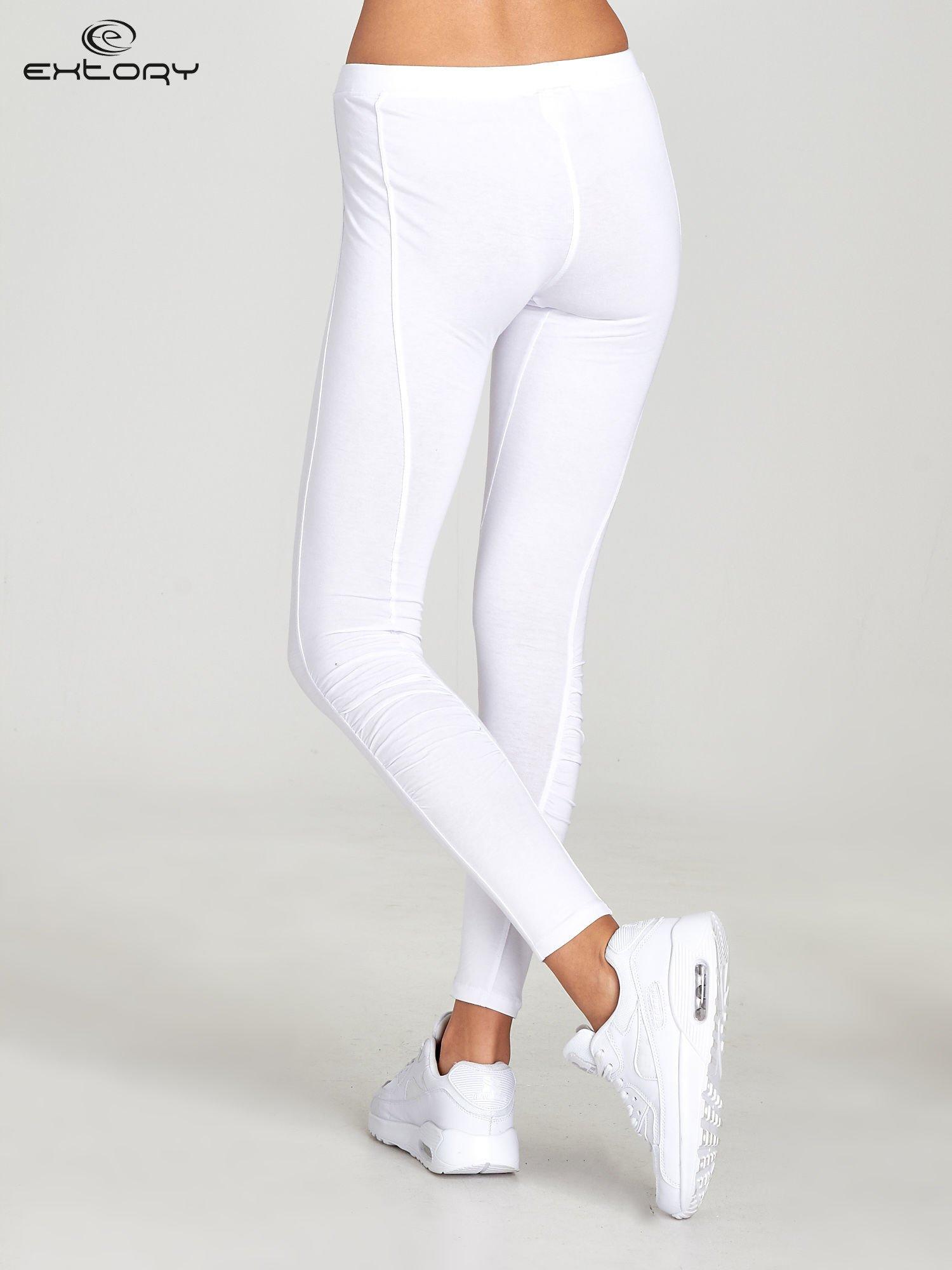 Białe legginsy sportowe z drapowaniem                                  zdj.                                  3